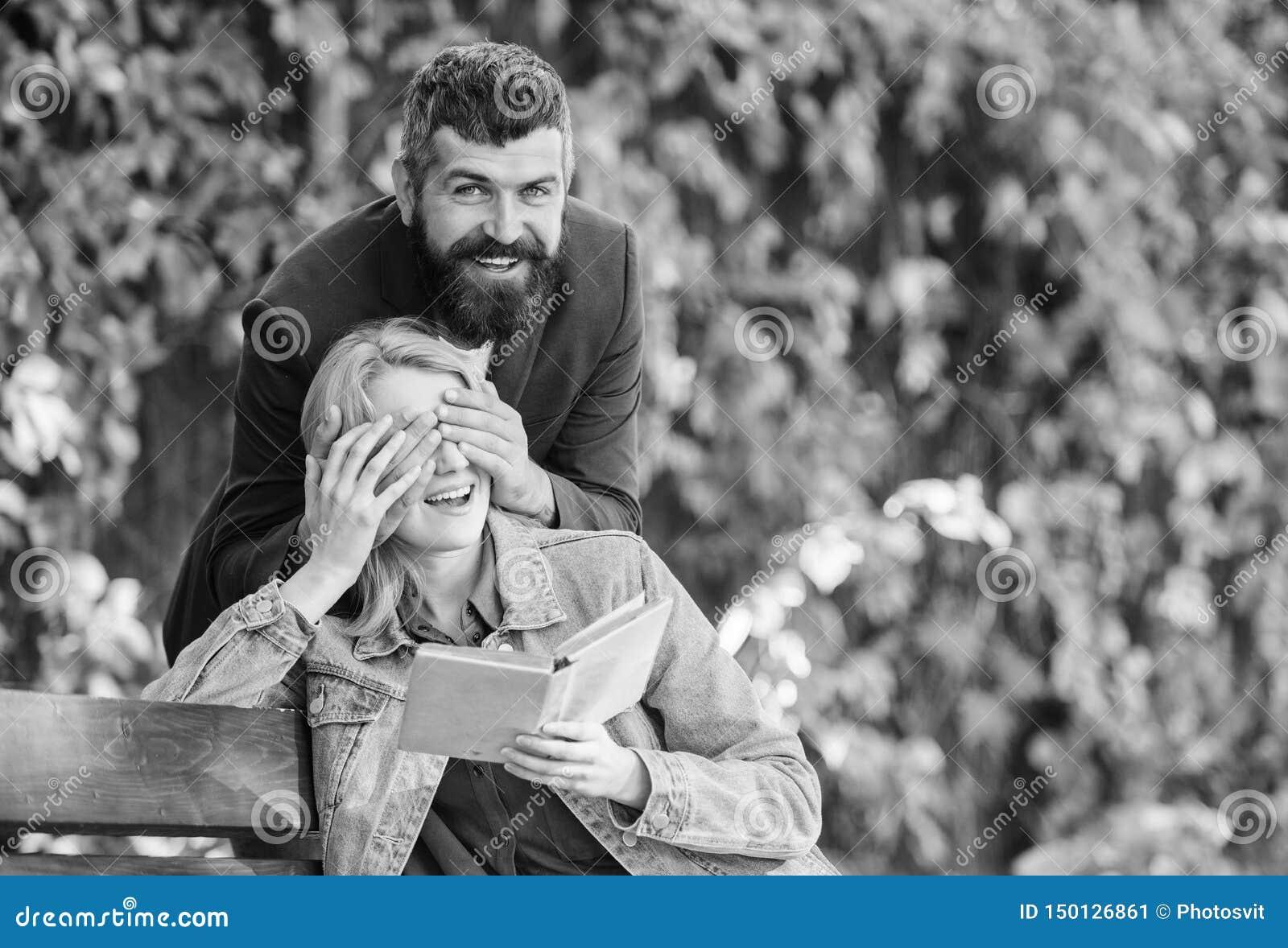 Suposi??o que conceito do frienship os amigos felizes encontram-se no parque o par no amor tem a data rom?ntica exterior eyef pr?