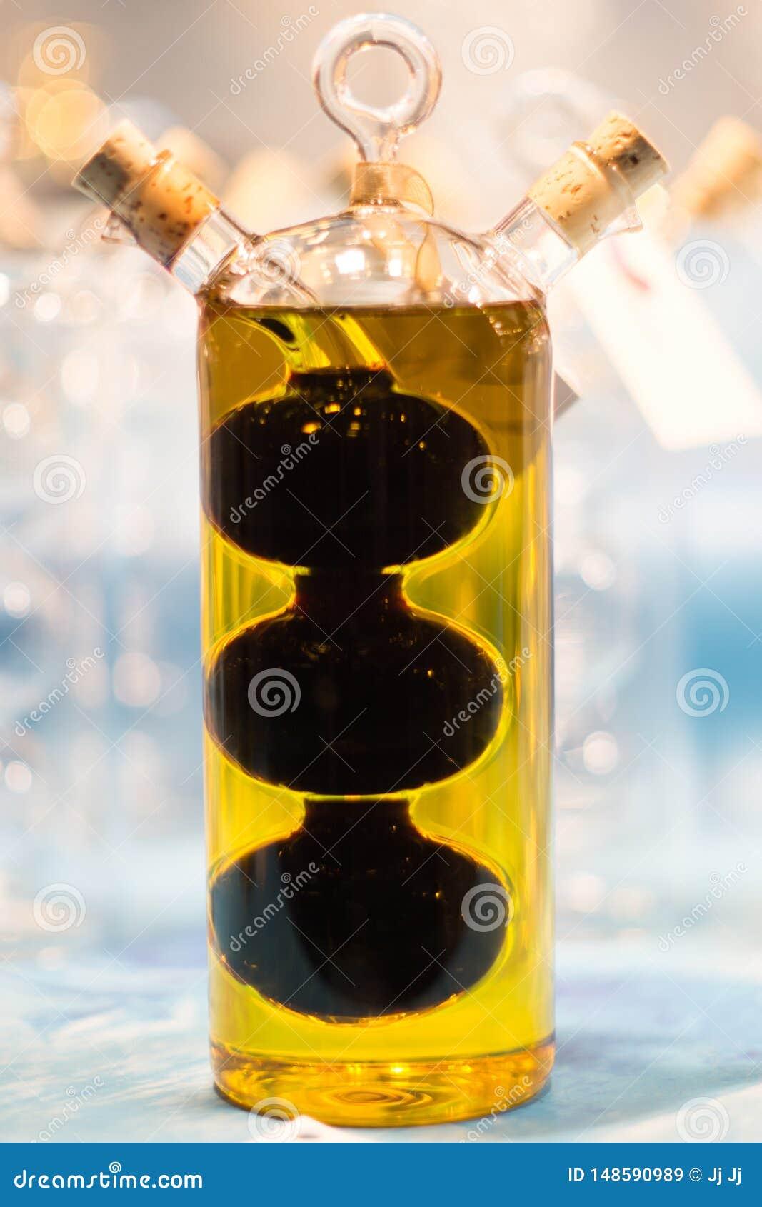 Suposici?n y botella del polluelo con aceite de oliva