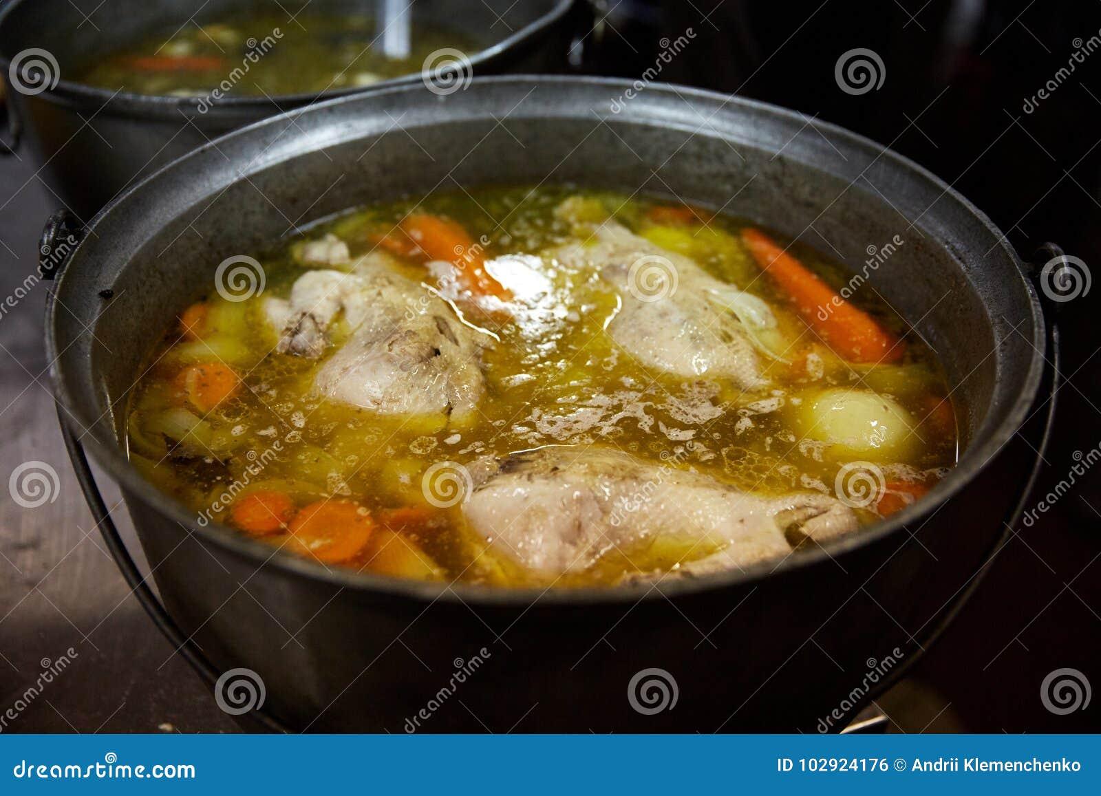 Suppe mit Gemüse wird auf dem Ofen in der Küche gekocht