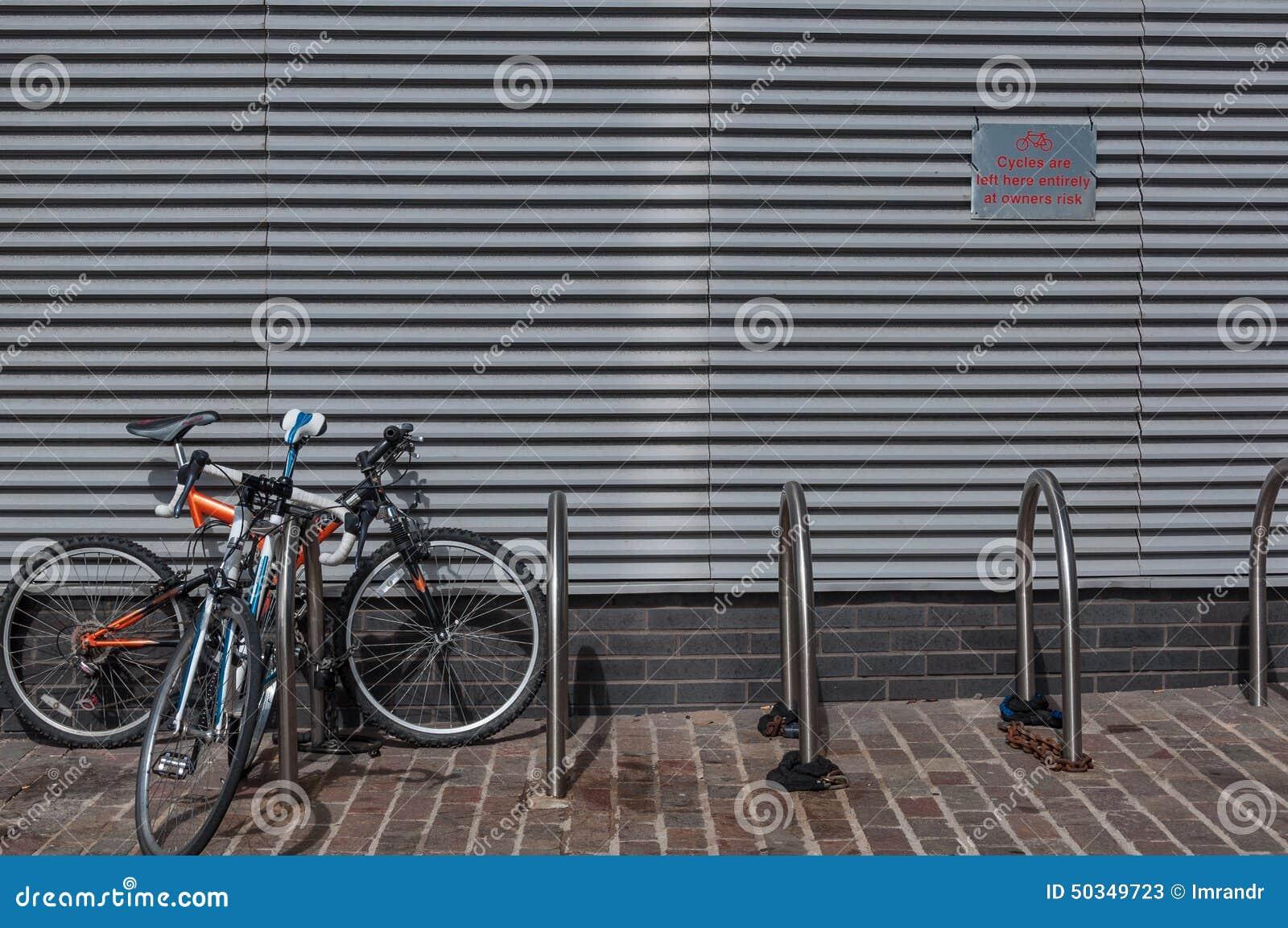 Support de bicyclette en dehors d un immeuble de bureaux r u