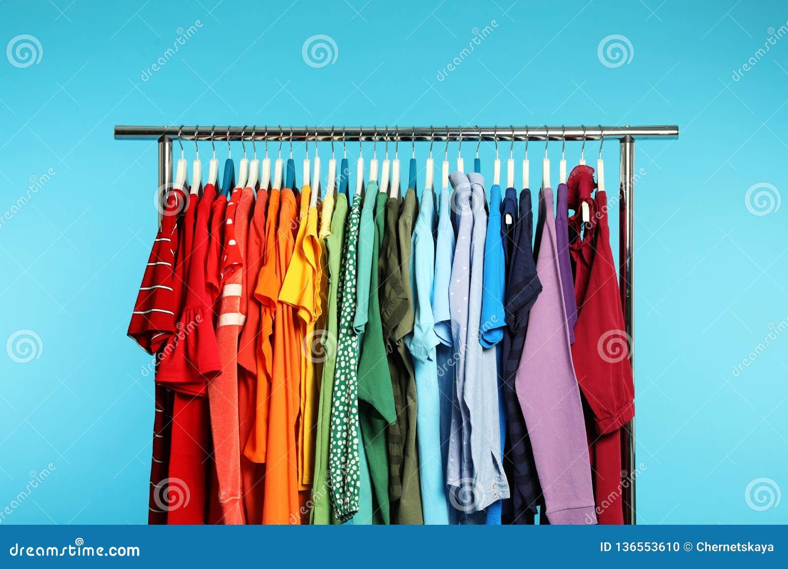 Support de garde-robe avec différents vêtements lumineux