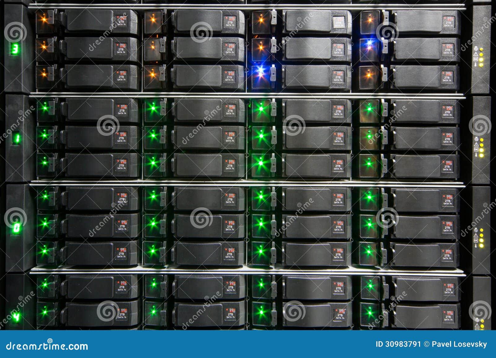 Support de serveur avec les unités de disque dur.