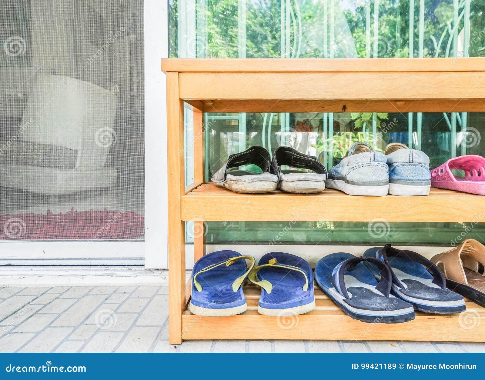 Porte Chaussures En Bois support en bois de chaussures à la porte de maison image