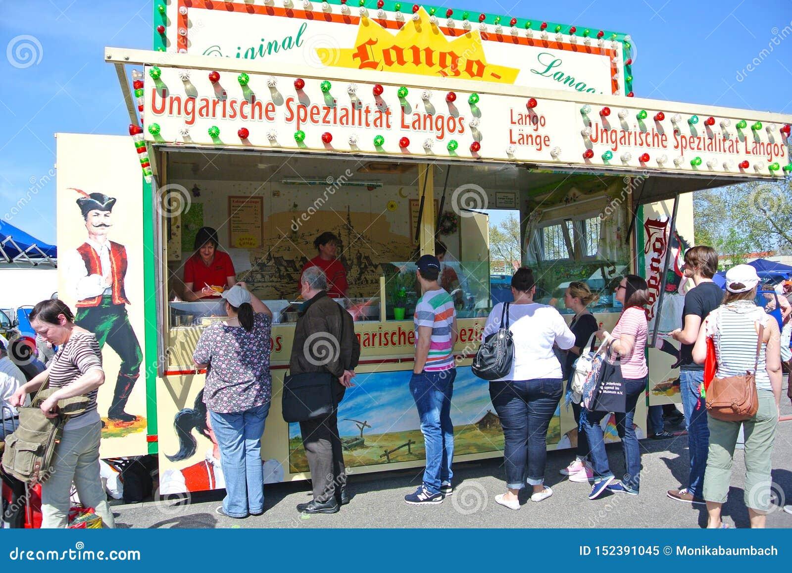 """Support extérieur mobile de nourriture avec la nourriture hongroise traditionnelle appelée """"Lángos au champ de foire pendant le g"""