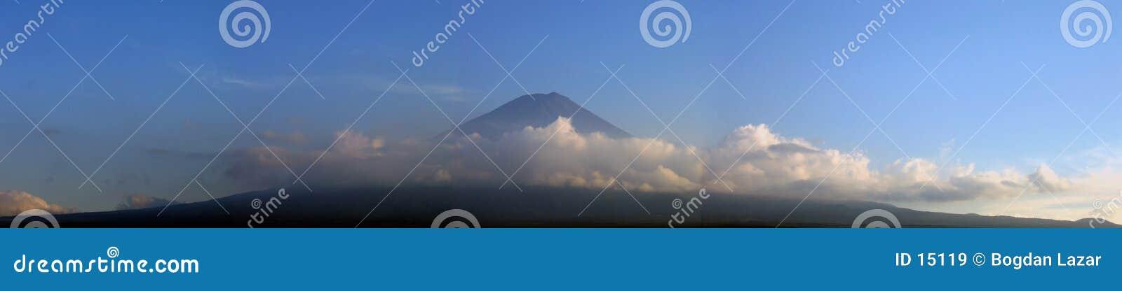 Support Fuji entouré par des nuages - panorama