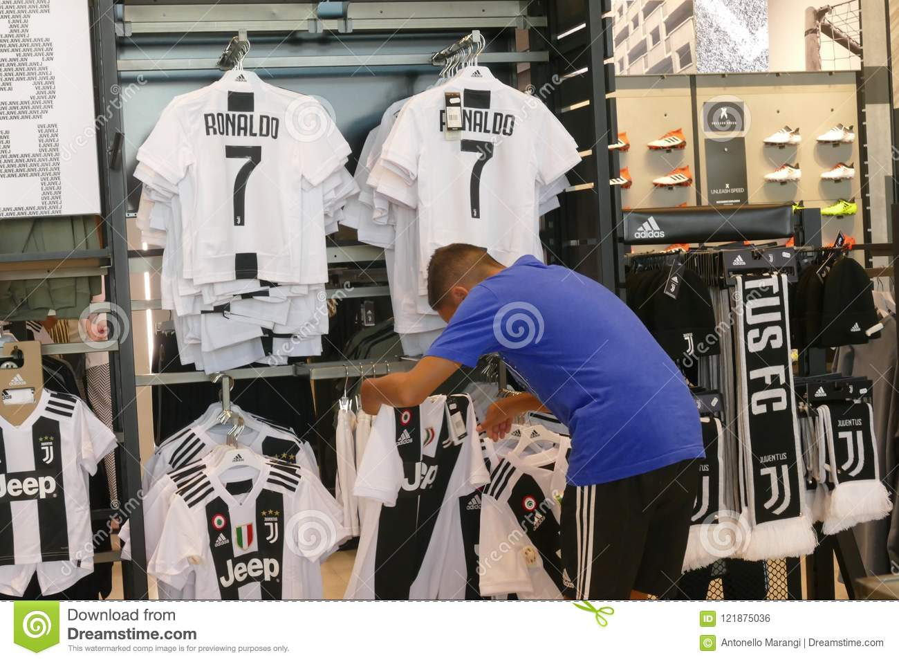 new arrival 77549 b09d1 Supporters Of Juventus FC In Official Store For New Jersey ...