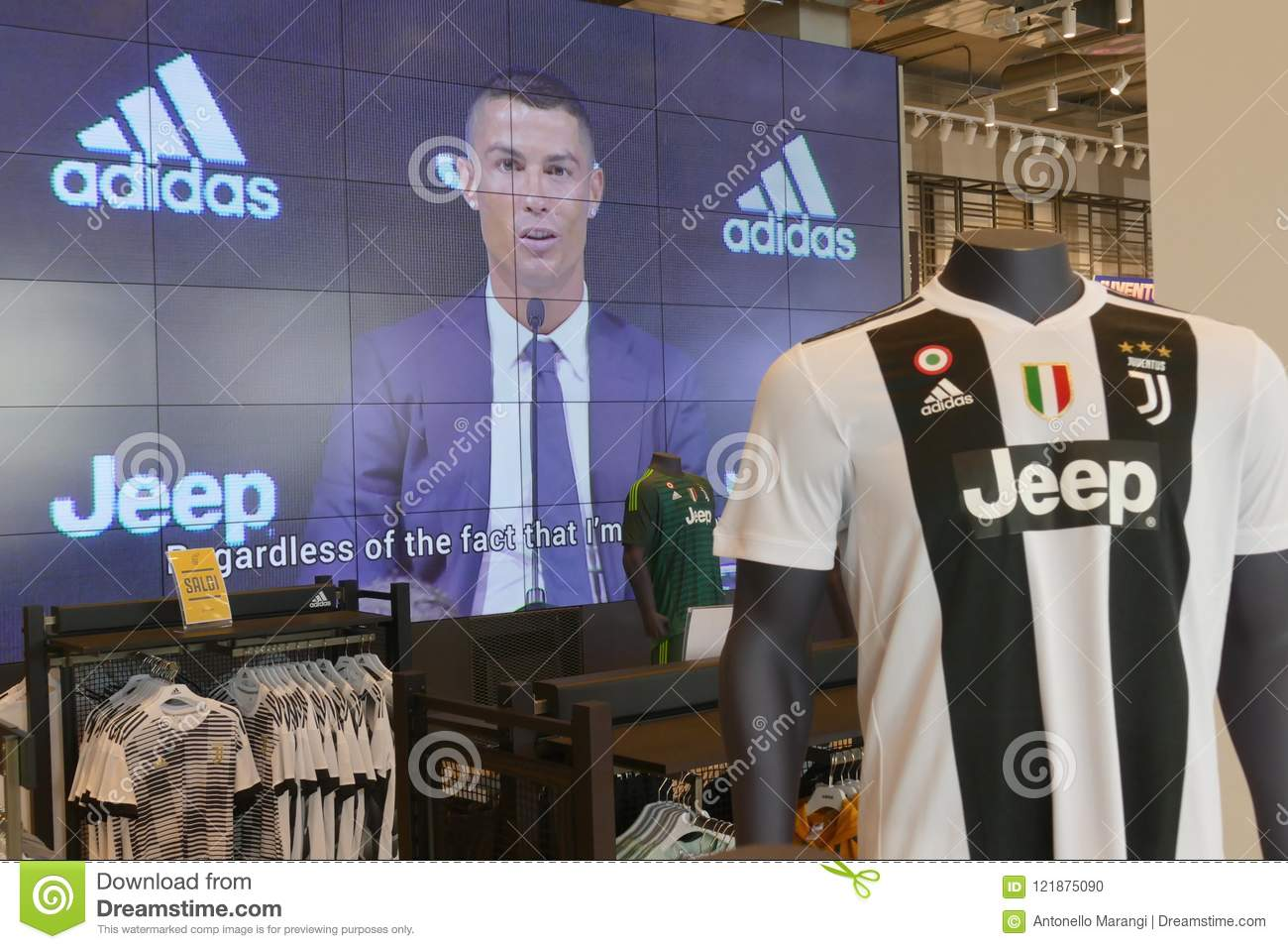 new arrival 95234 e66b8 Supporters Of Juventus FC In Official Store For New Jersey ...