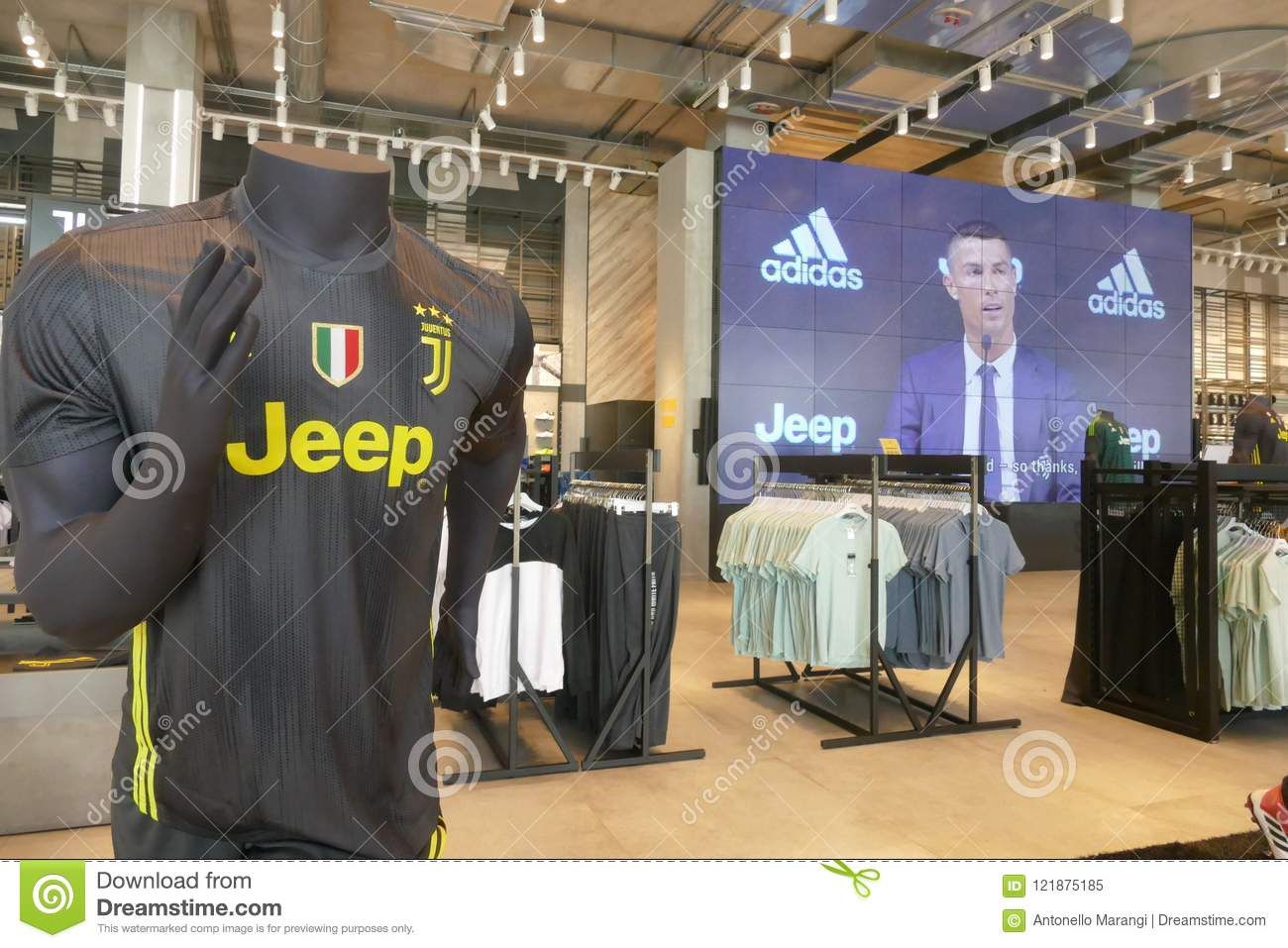 new arrival 128be 31dbb Supporters Of Juventus FC In Official Store For New Jersey ...