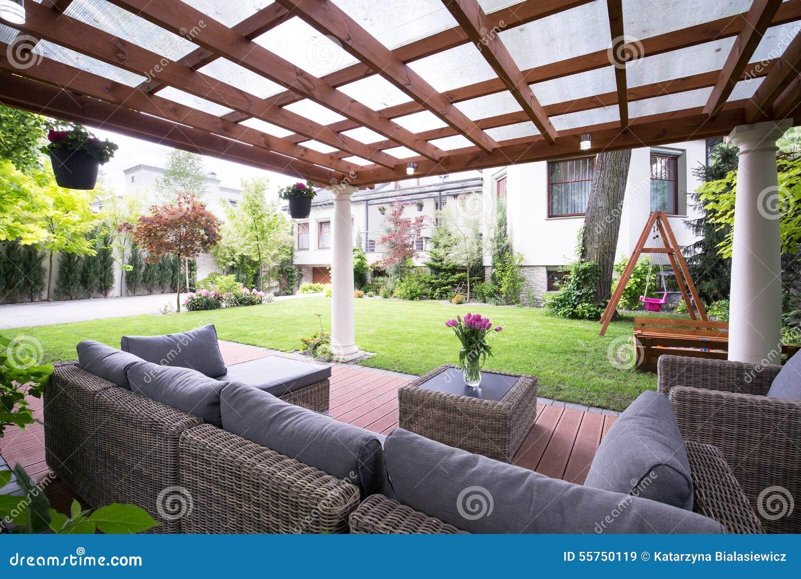 supporto conico moderno con mobili da giardino immagine