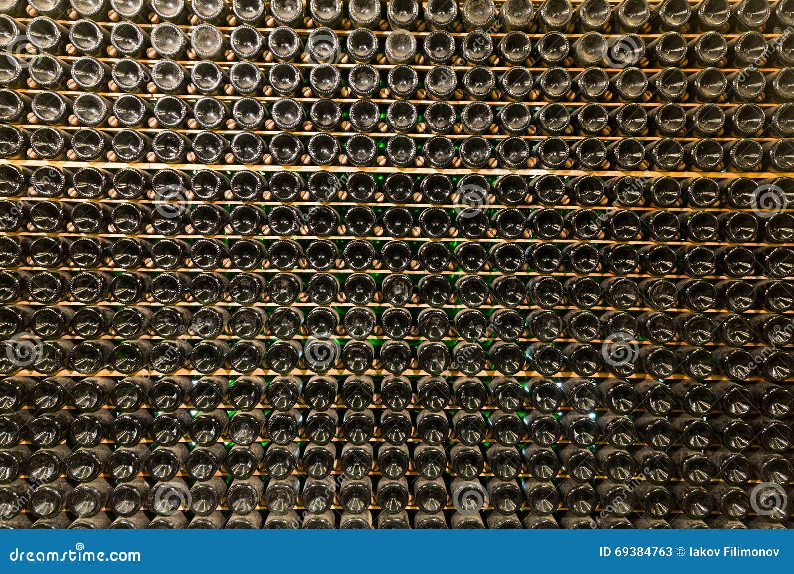 Stockage De Vin supports avec du vin en bouteille dans le stockage d'usine image