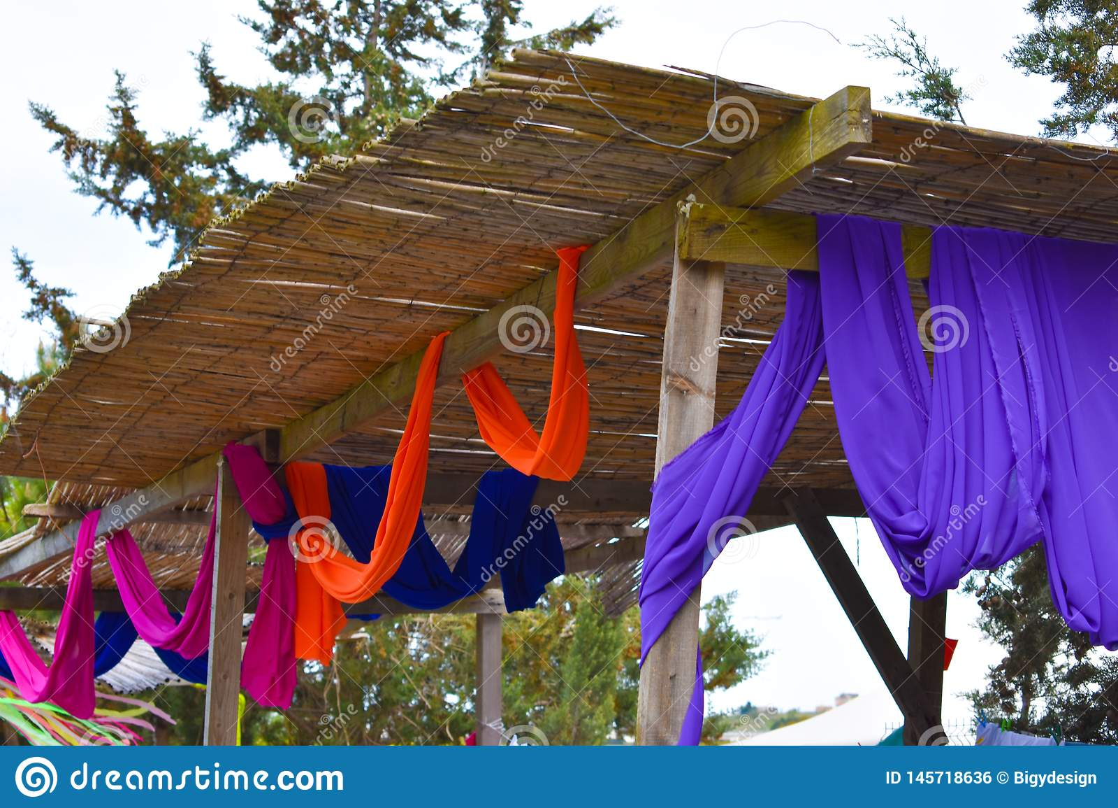 Supports colorés de festival en bois et coloré