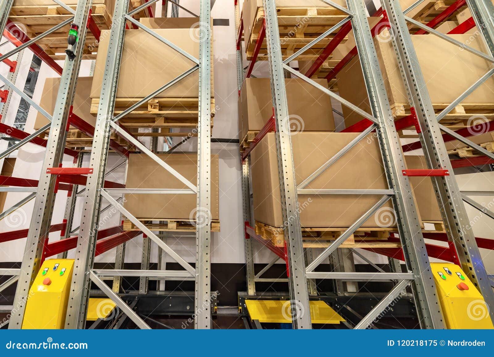 Supports de stockage en métal Sur les étagères sont les grandes boîtes en carton