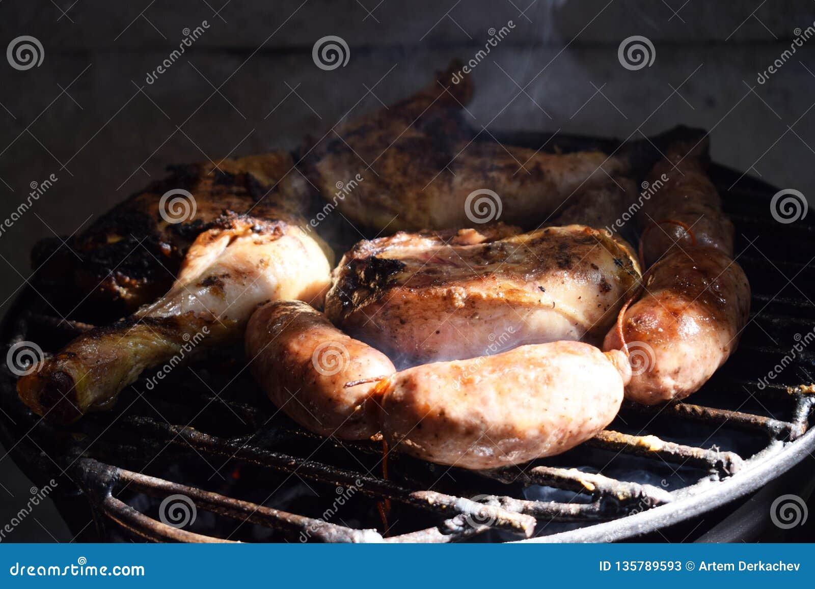 Sur la rue ils font cuire la viande, le chorizo et le poulet grillés