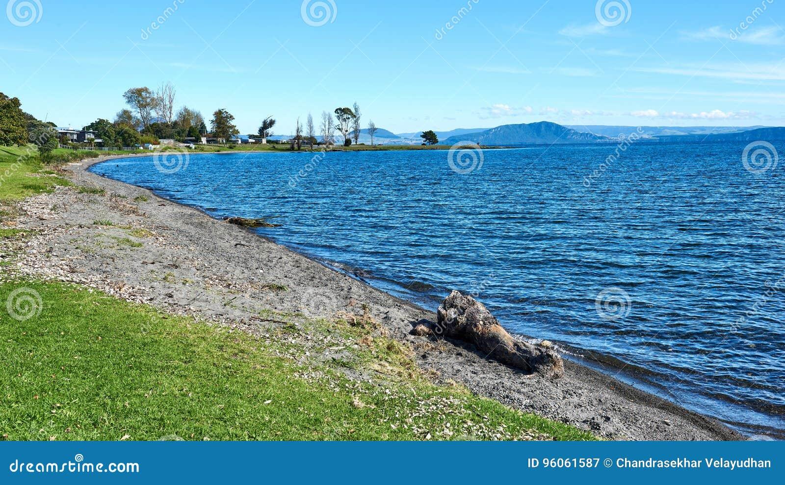 Sur les rivages du lac Taupo dans nouveau Zeland