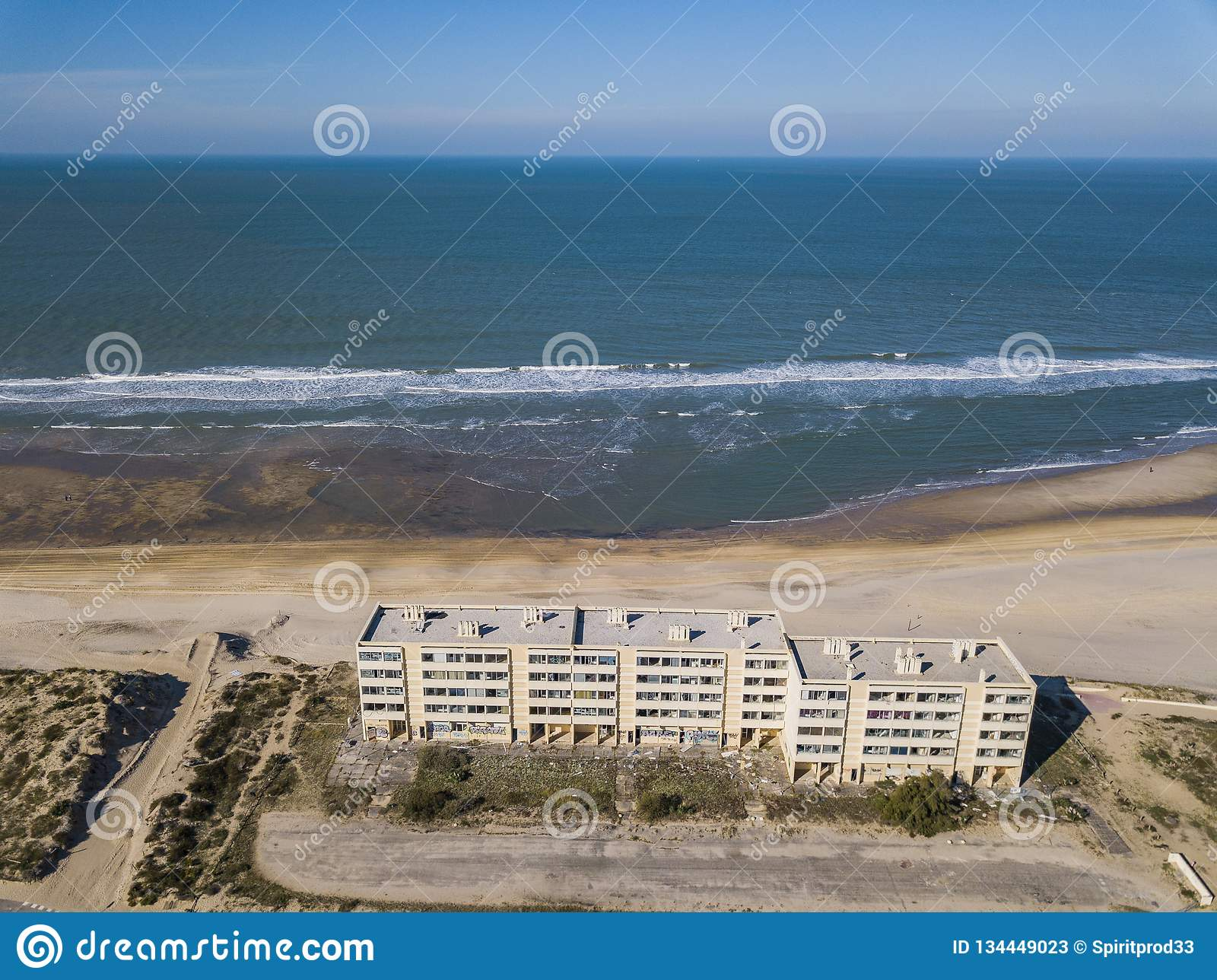 Sur Mer de Soulac, França - 20 de outubro de 2018: Construindo o sinal em dunas