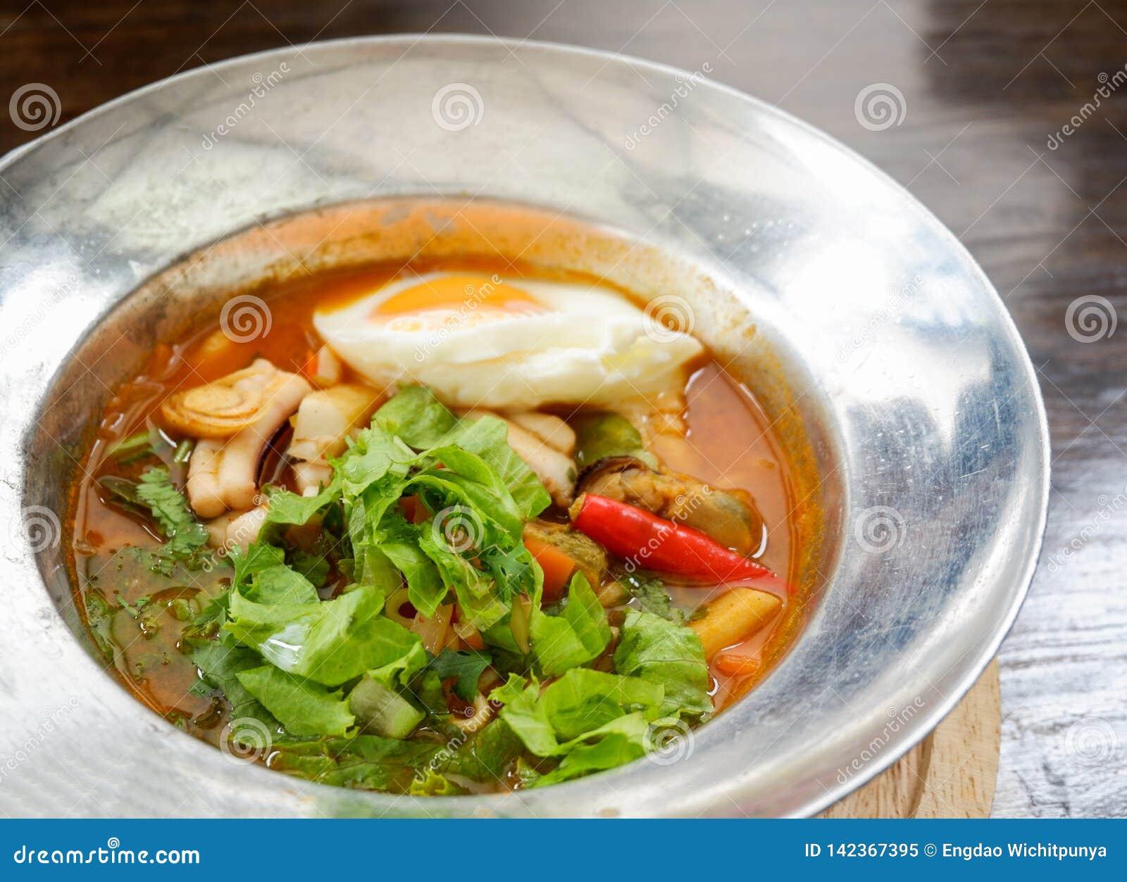Sur soppa med den havs- räkatioarmade bläckfisken