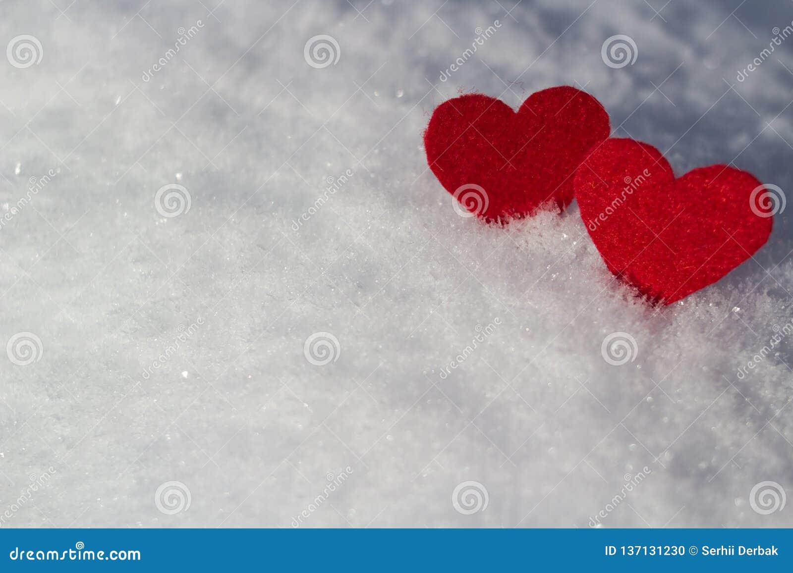 Sur un fond blanc neigeux soyez à côté de deux valentines