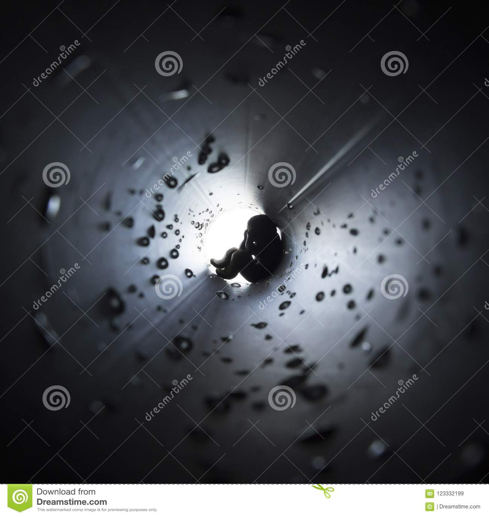 Sur un fond carré foncé au centre d un courant rond des baisses légères de trompette l homme repose la phobie effrayée