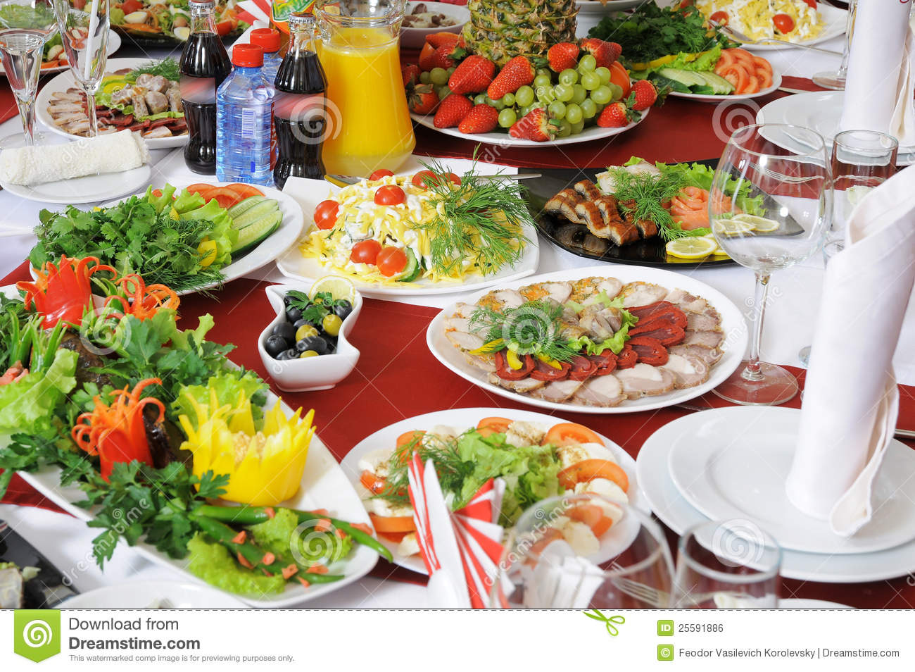 Sur une table il y a beaucoup de nourriture photo stock for Sur la table food scale