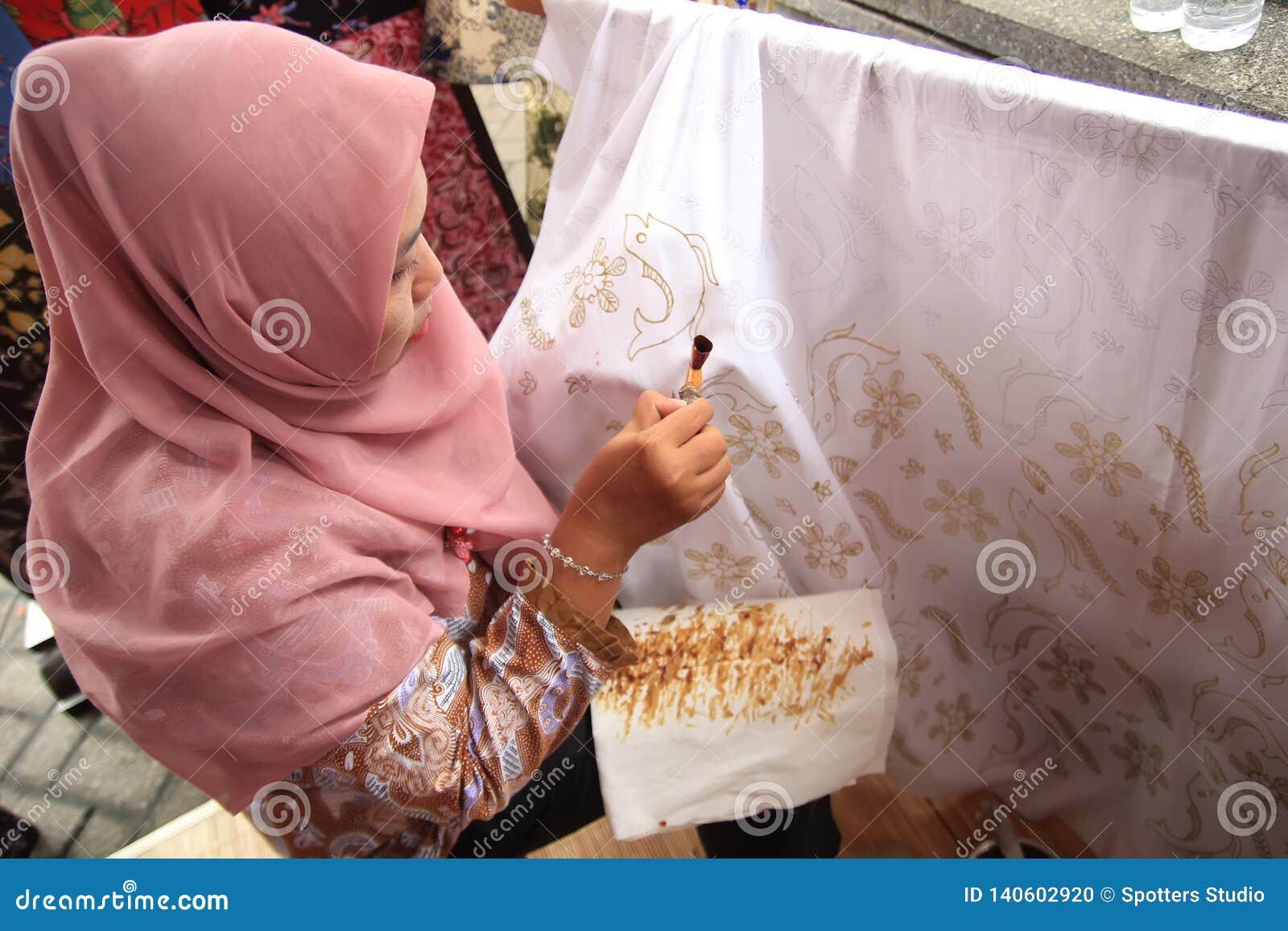 Surabaya Indonesien 20. August 2015 Eine Frau macht ein Batikmotiv unter Verwendung des Kippens
