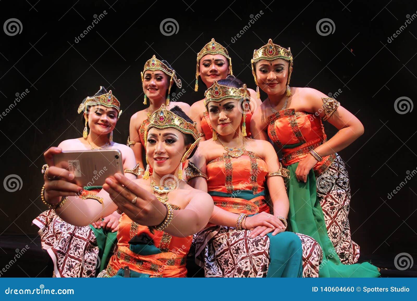 Surabaya Indonezja Listopad 27, 2017 Grupa tradycyjni tancerze ma selfies używać telefon komórkowy kamery