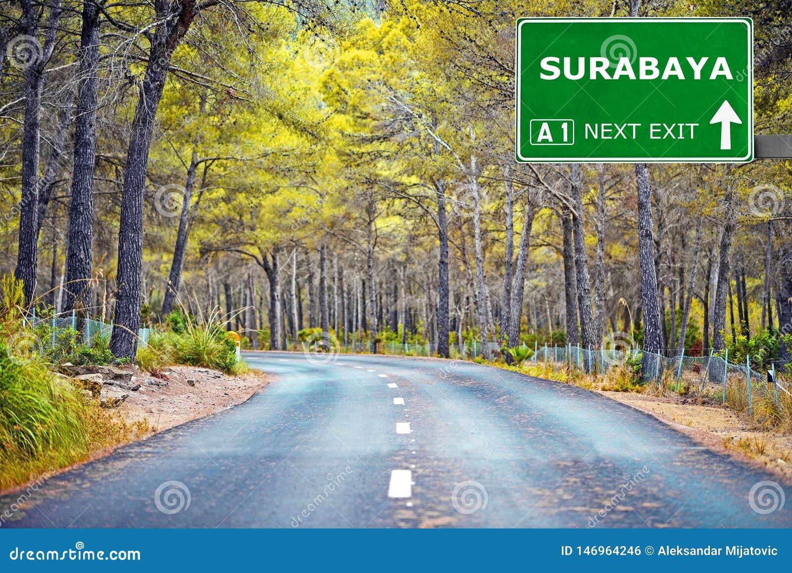 SURABAYA-Verkehrsschild gegen klaren blauen Himmel