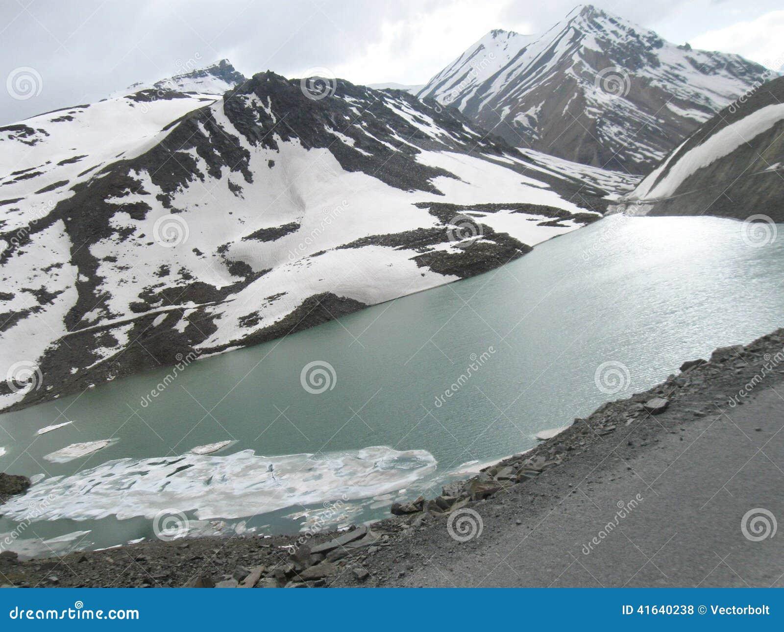 Suraj Lake congelé sur la scène de route de Leh-Ladakh