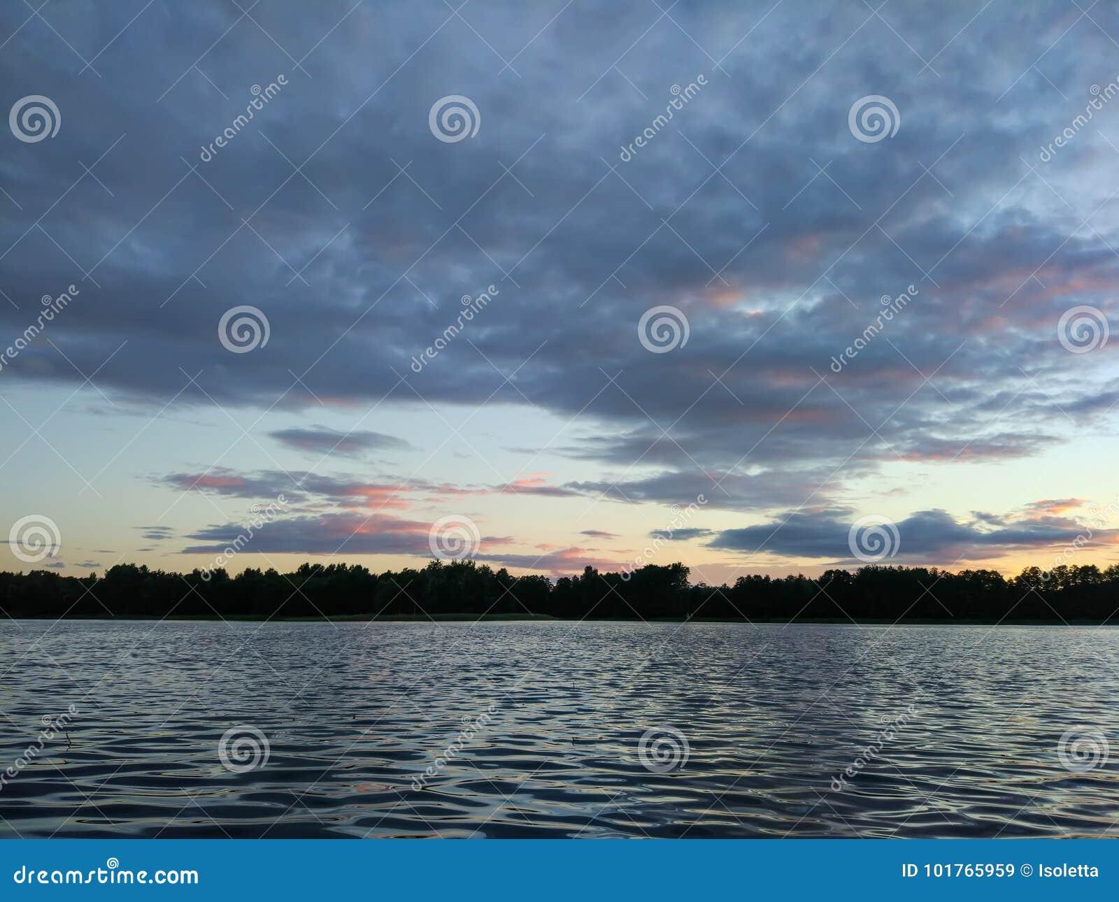 Surface de lac à la soirée en Lettonie, l Europe est Paysage avec l eau et la forêt