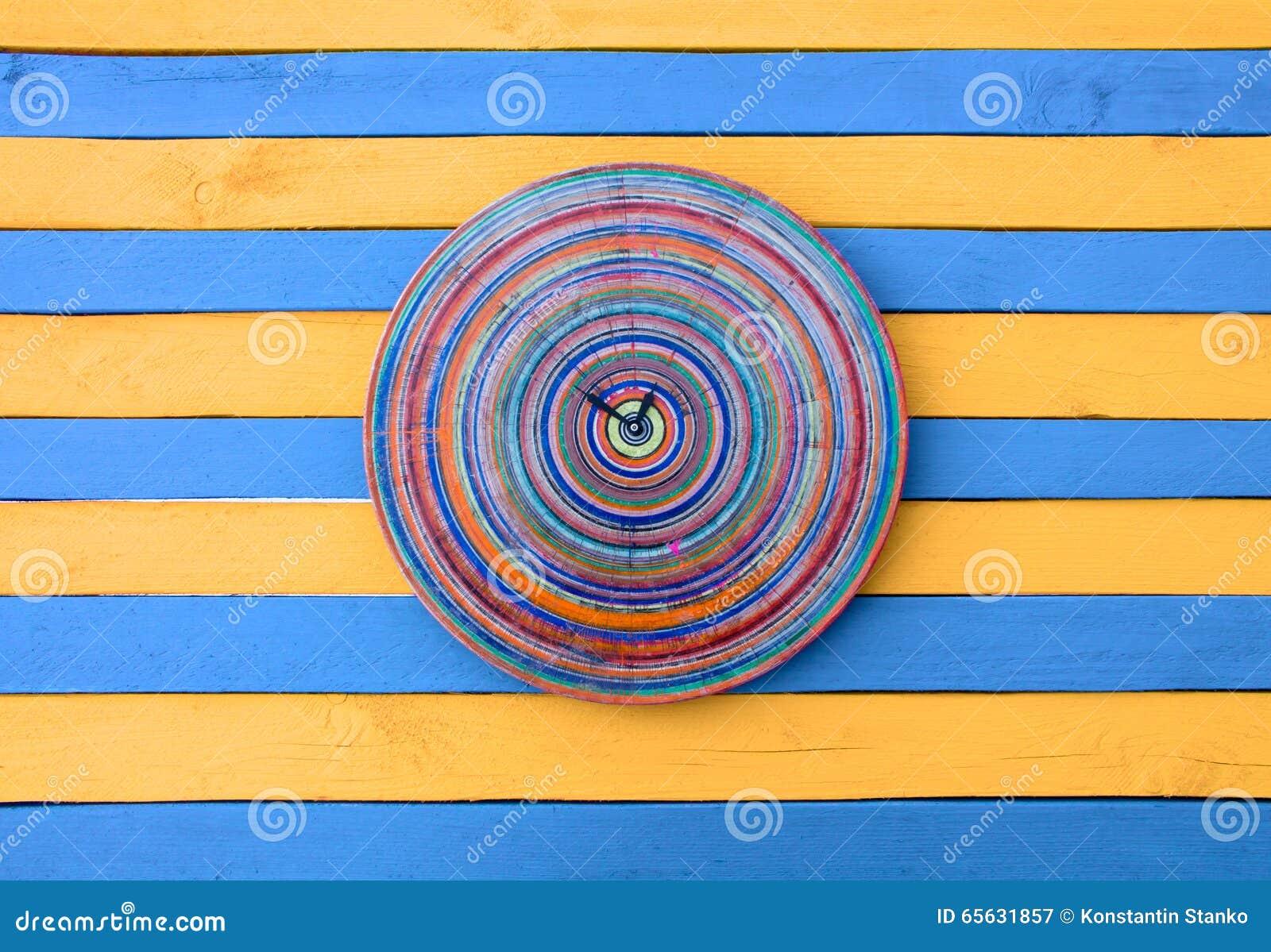Surface en bois rayée bleue et jaune d horloge créative de vintage de texture