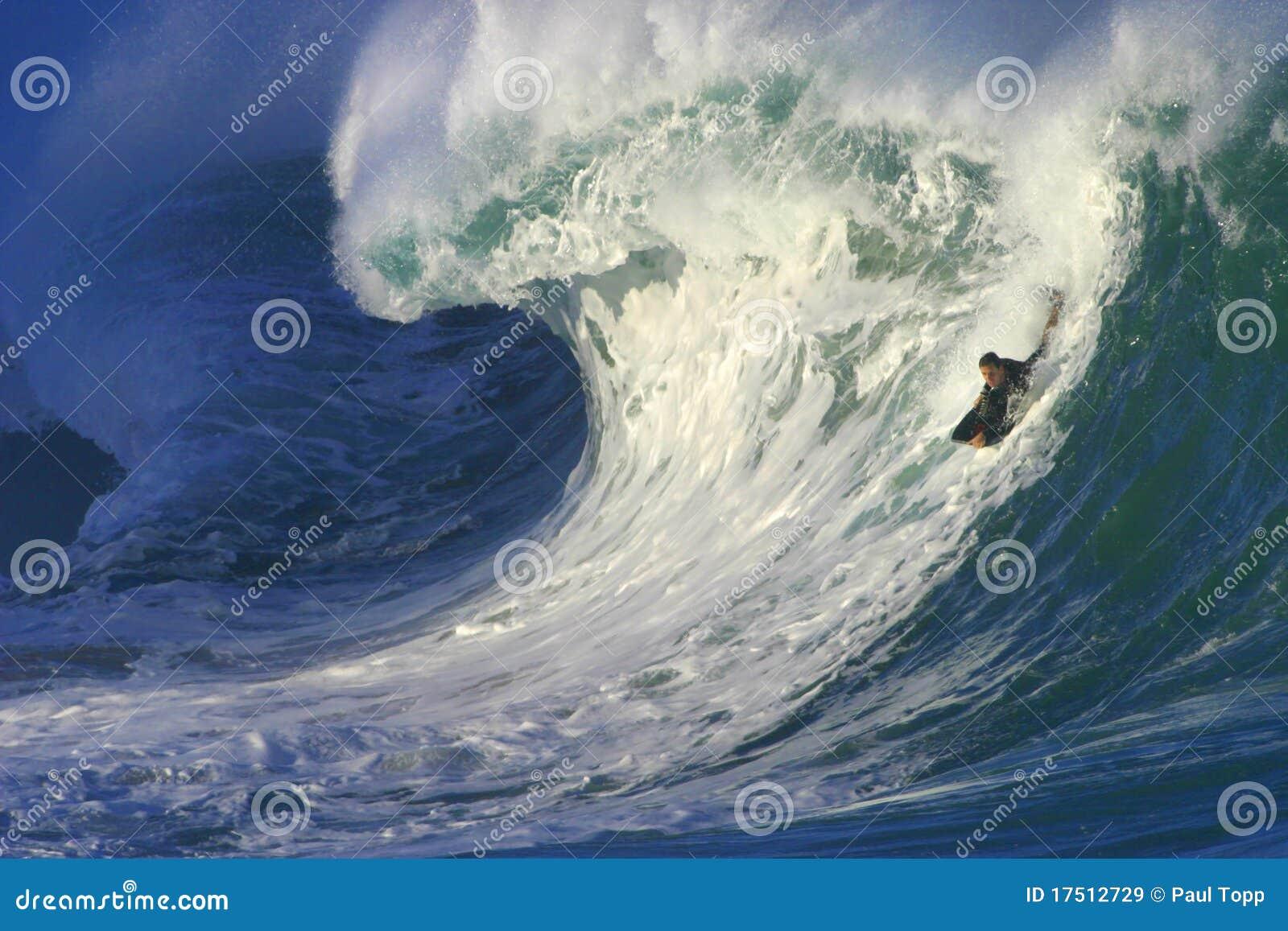 Surfando uma onda grande no louro de Waimea em Havaí