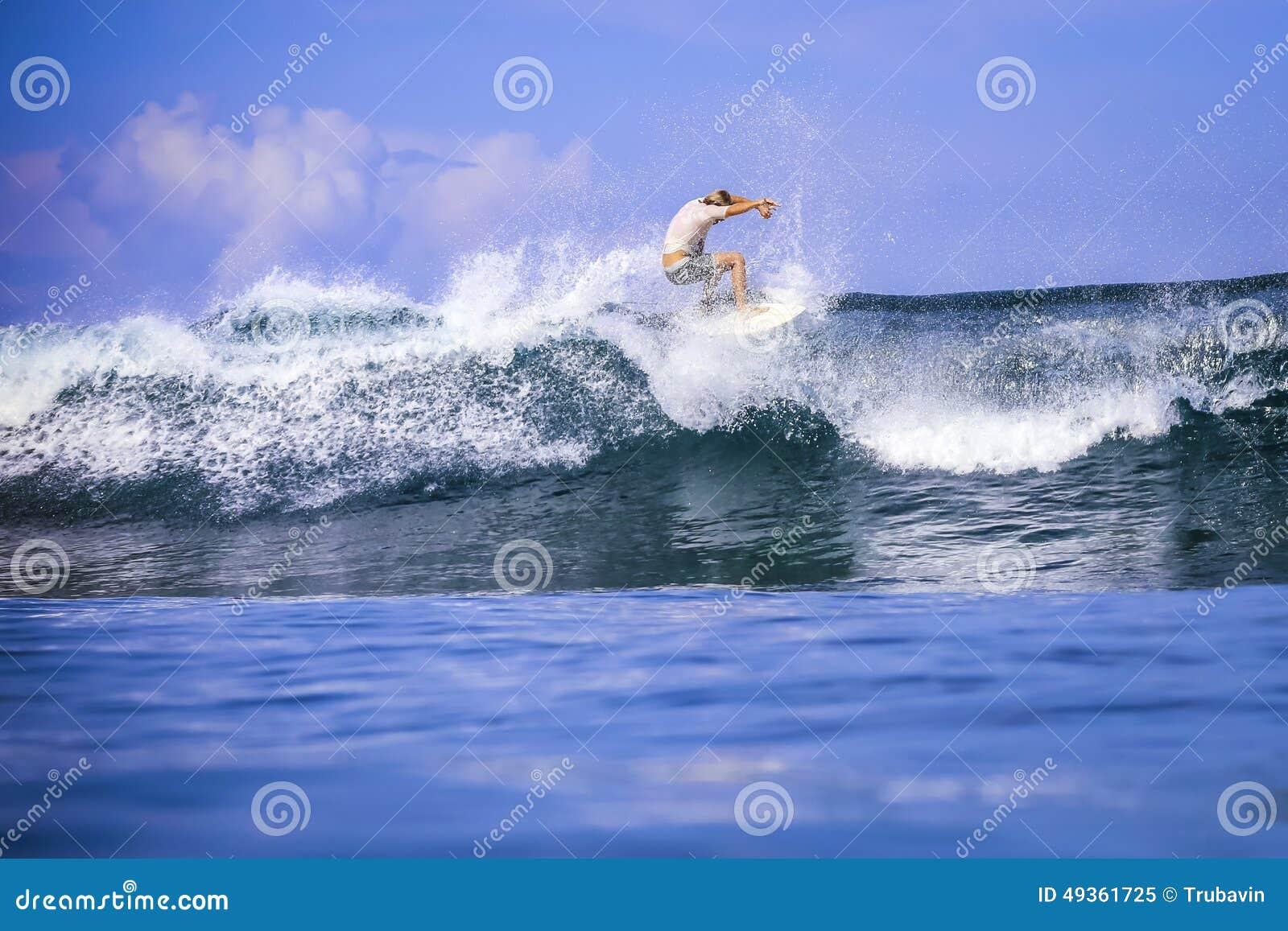 Surfare på fantastisk blåttvåg