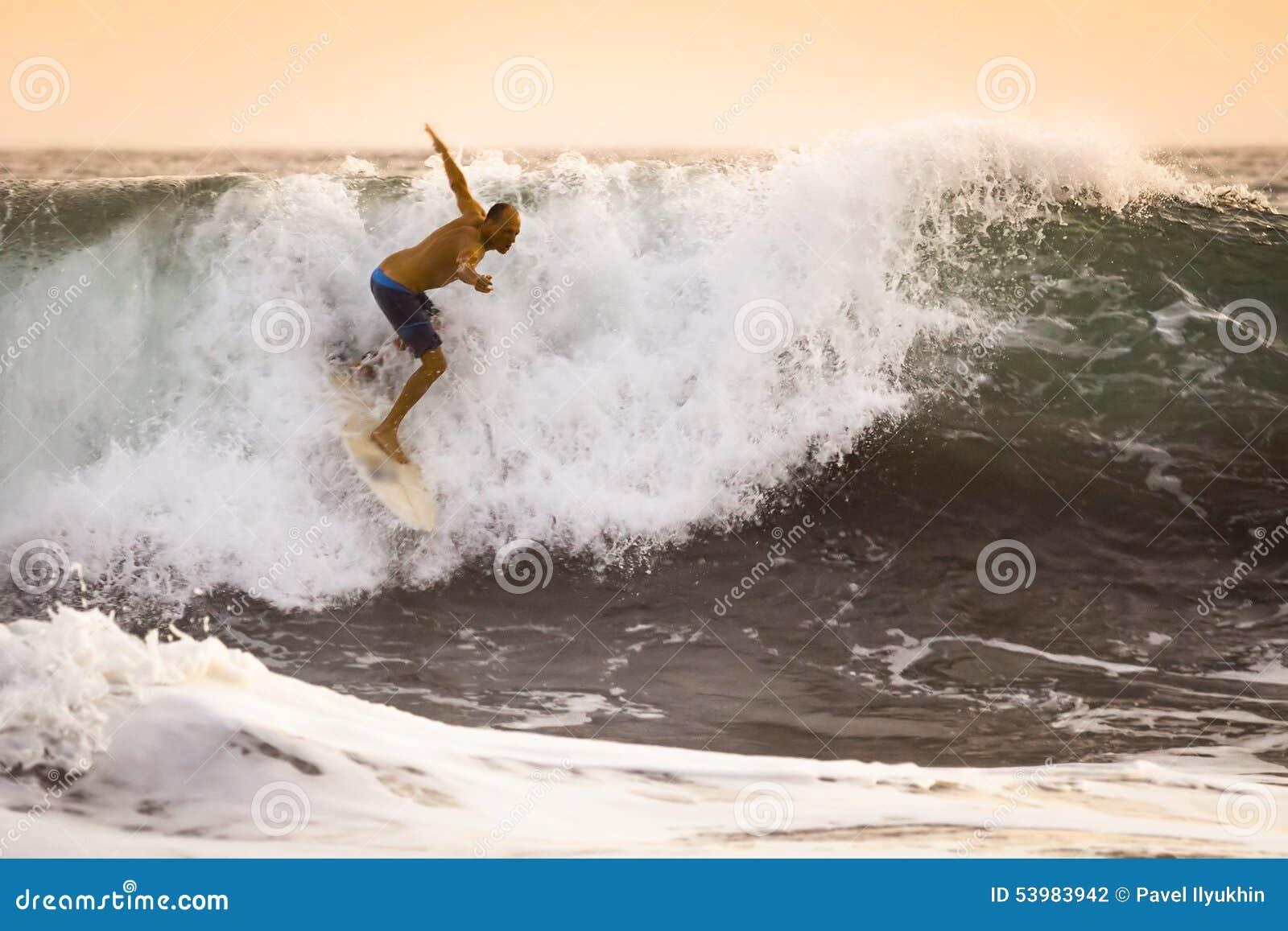 Surfare på lös havvåg i Bali