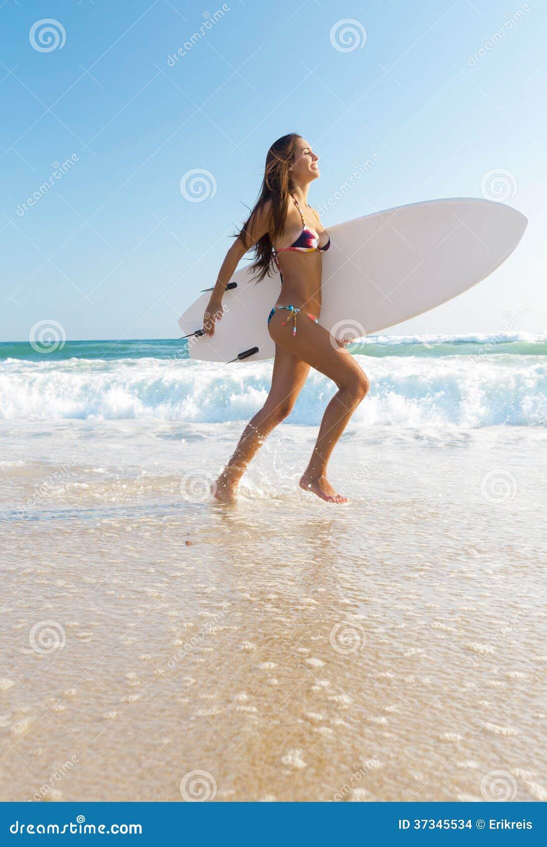 Surfareflicka på stranden