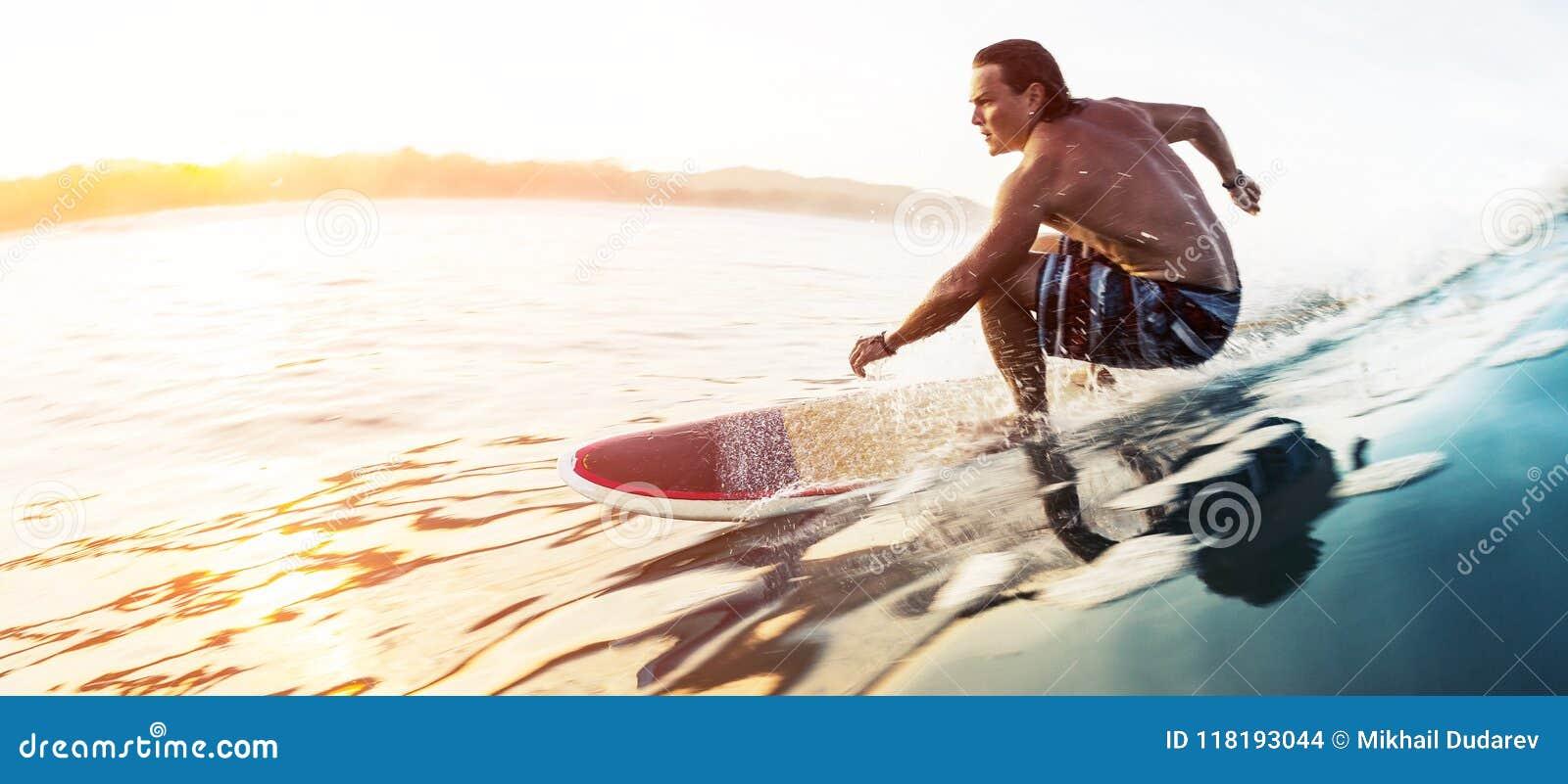 Surfaren rider den glas- fartfyllda vågen