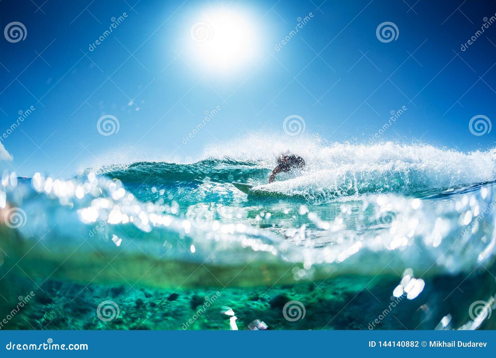 Surfaren rider havvågen