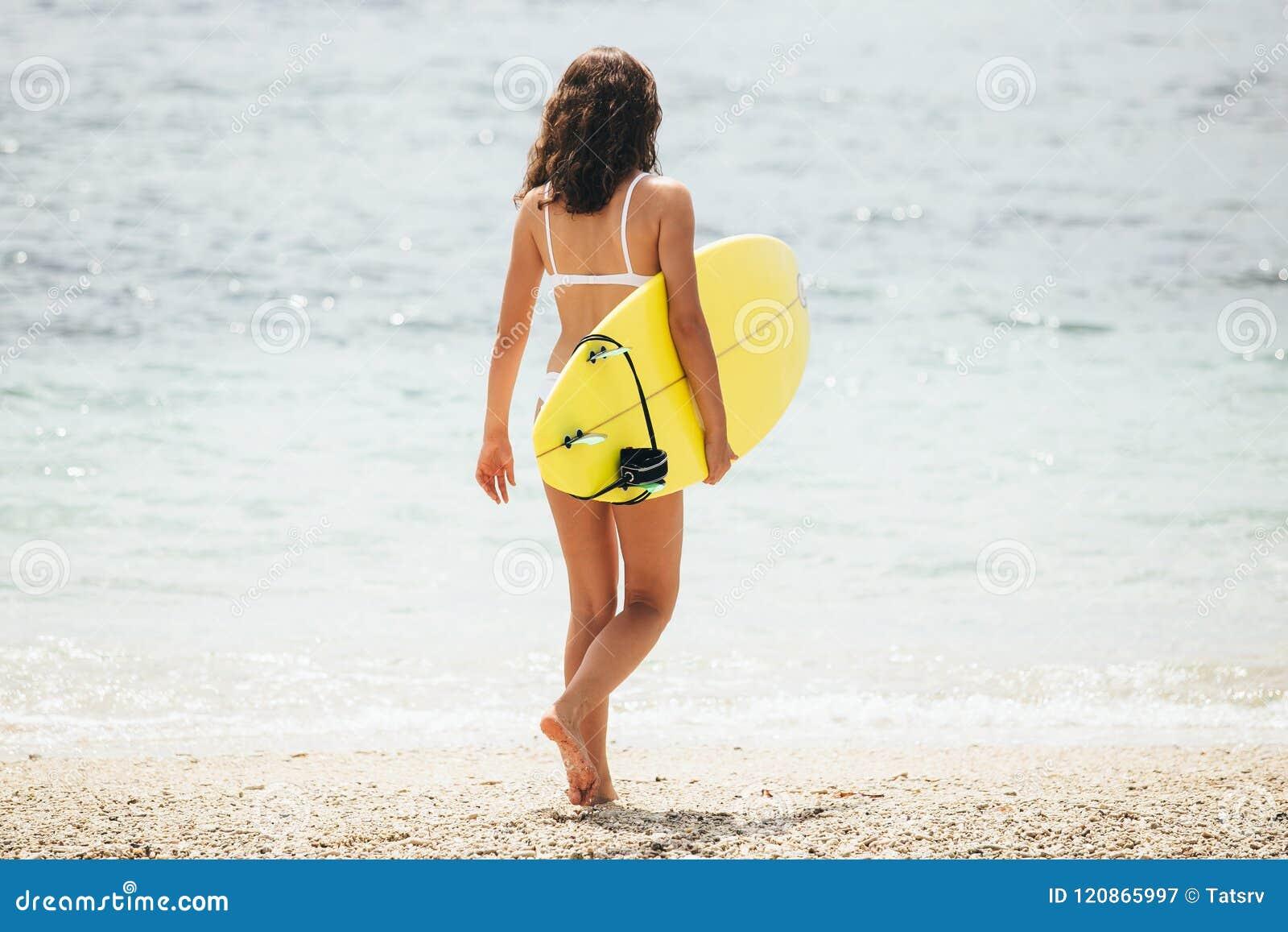Surfendes Surferfrauenmädchen, das Surfbrett halten geht Kaanapali-Strand, Maui, Hawaii, USA