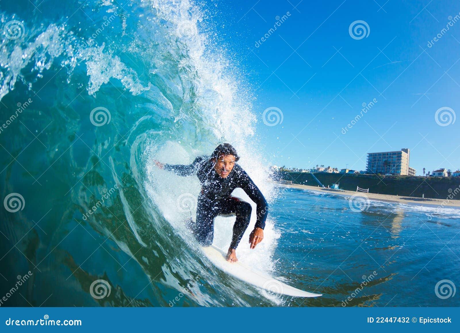 Surfer auf blauer Ozean-Welle