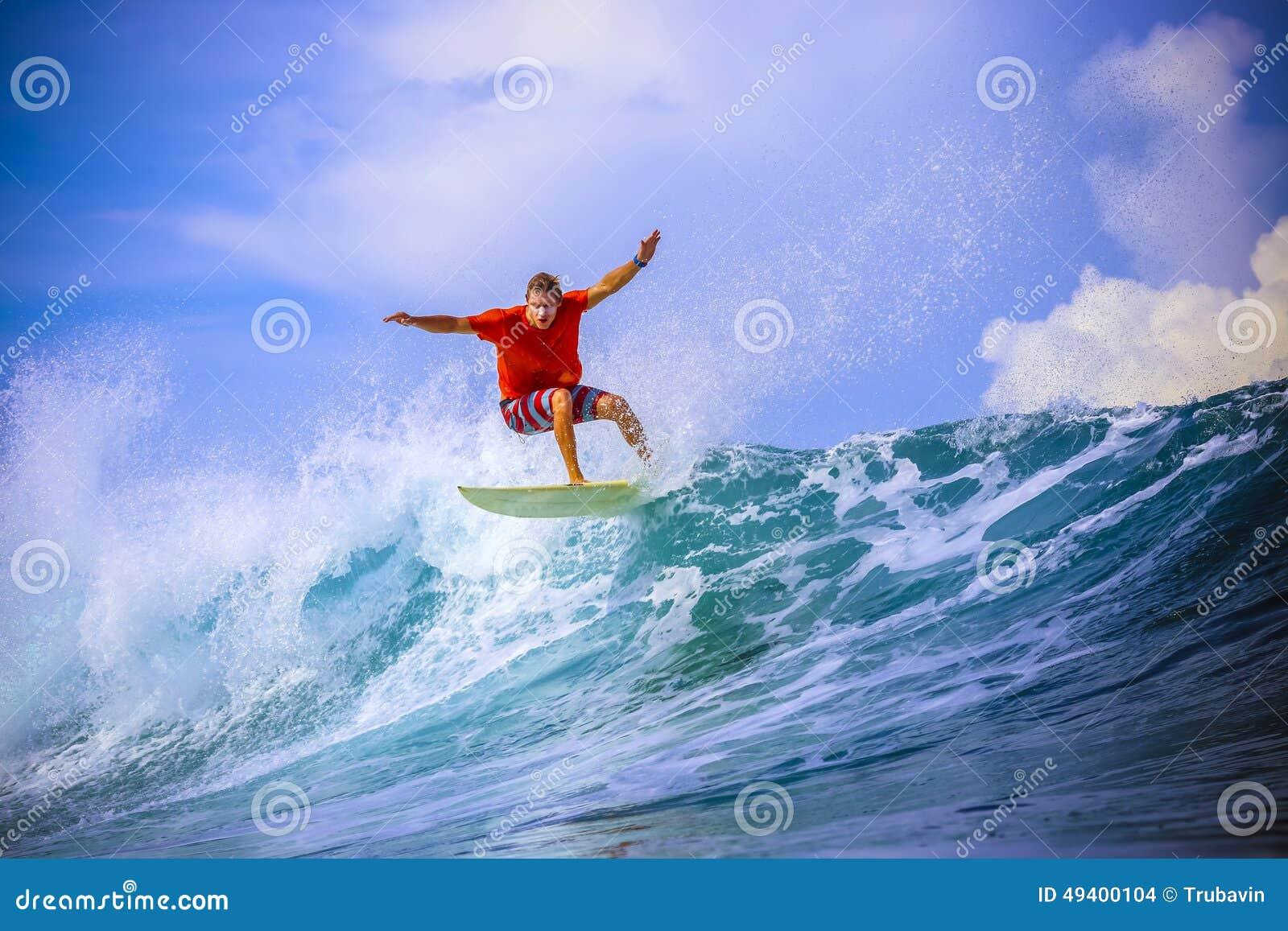 Download Surfer Auf Erstaunlicher Blauer Welle Stockfoto - Bild von episch, athlet: 49400104