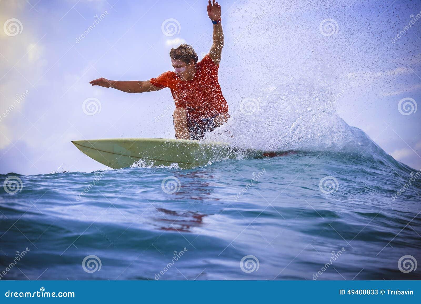 Download Surfer Auf Erstaunlicher Blauer Welle Stockbild - Bild von blau, umdrehung: 49400833