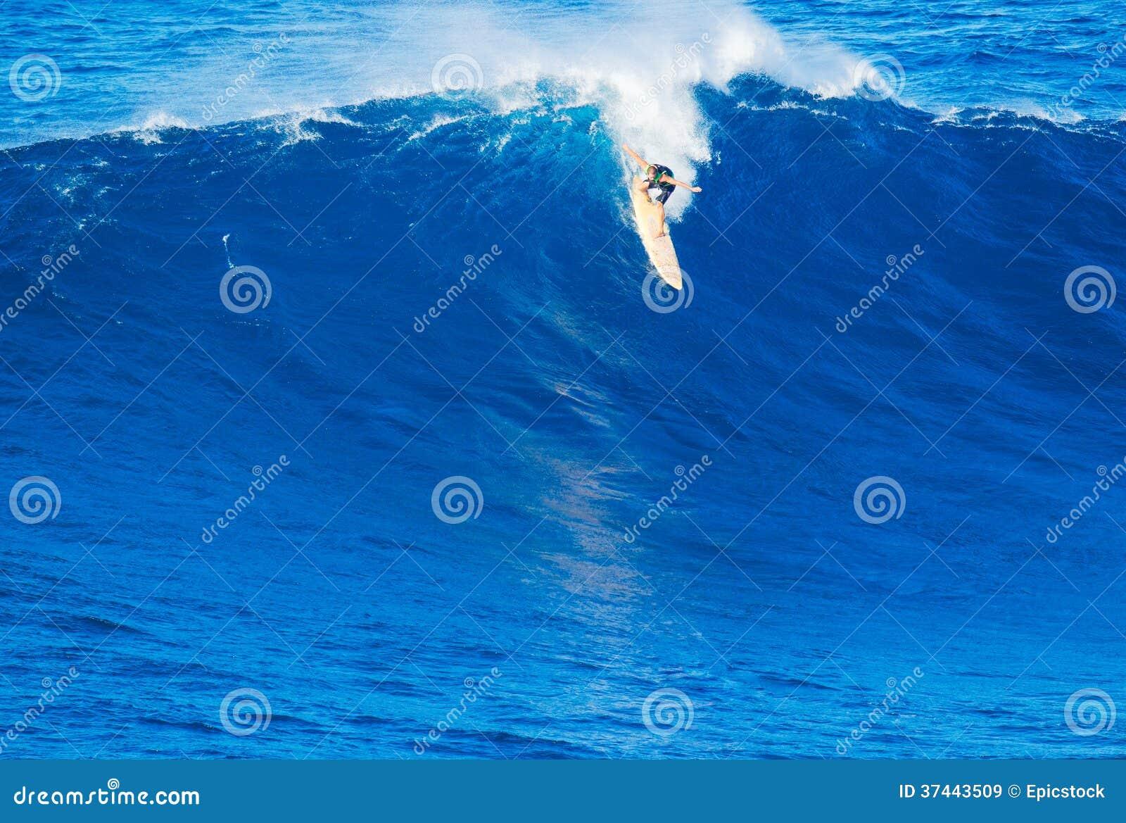 Surfer die reuzegolf berijden