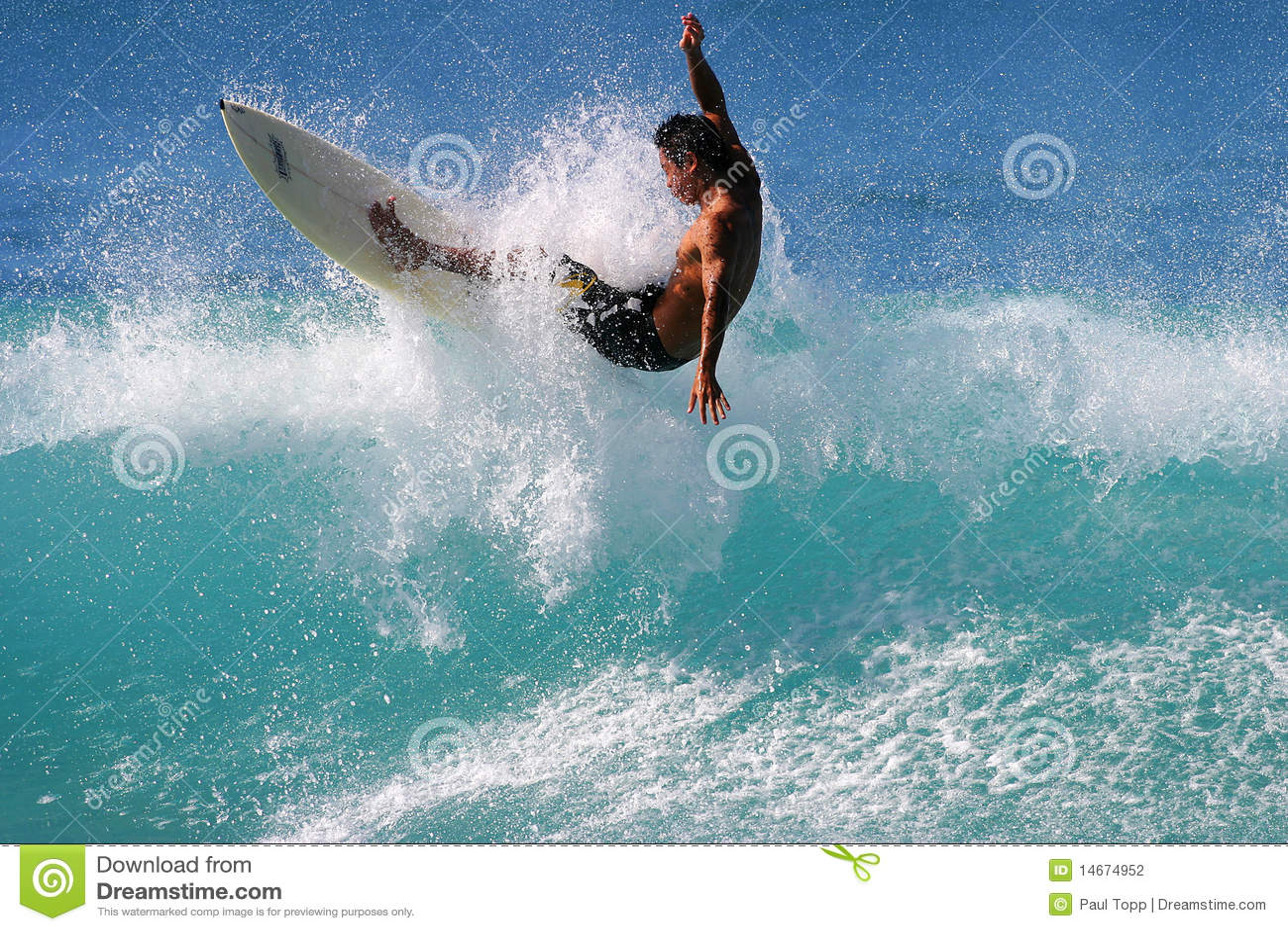 Surfer Kai Rabago surfant à Honolulu Hawaï
