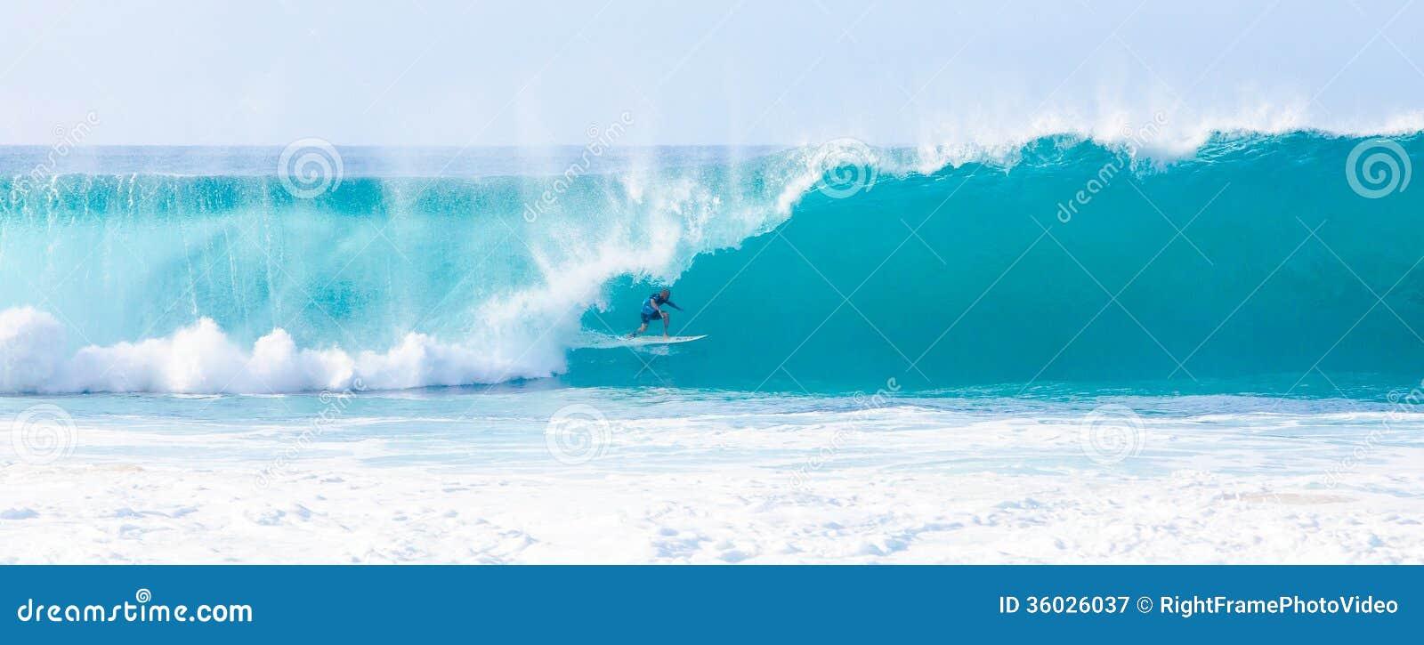 Surfer Kelly Slater Surfing Pipeline in Hawaï
