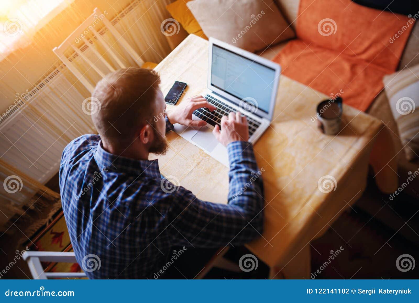 Surfer le filet dans le bureau Jeune homme sûr travaillant sur l ordinateur portable