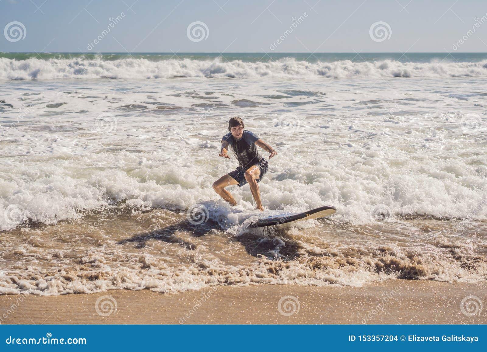 Surfer mit seinem Surfbrett, das zu den Wellen läuft
