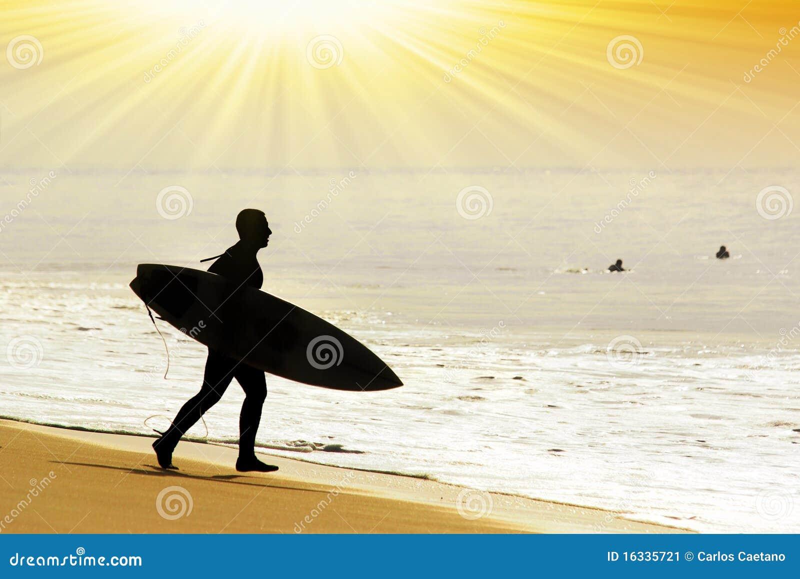 Surfer se précipitant