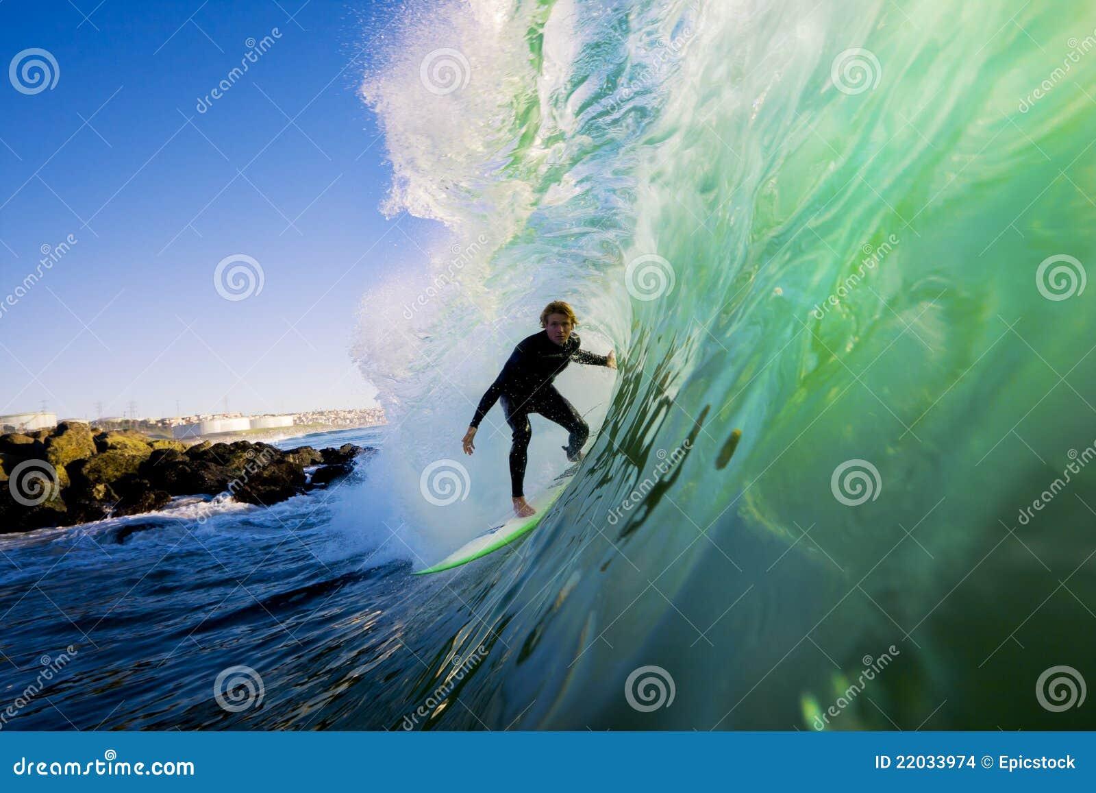 Surfer sur l onde au coucher du soleil