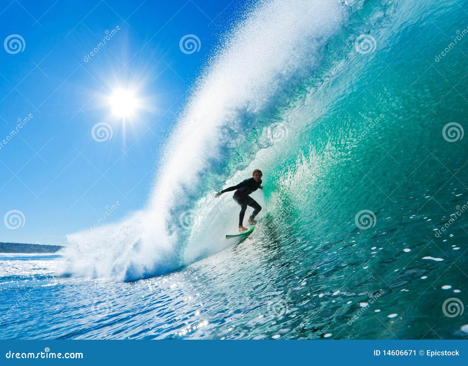 Surfer sur l onde parfaite obtenant Barreled