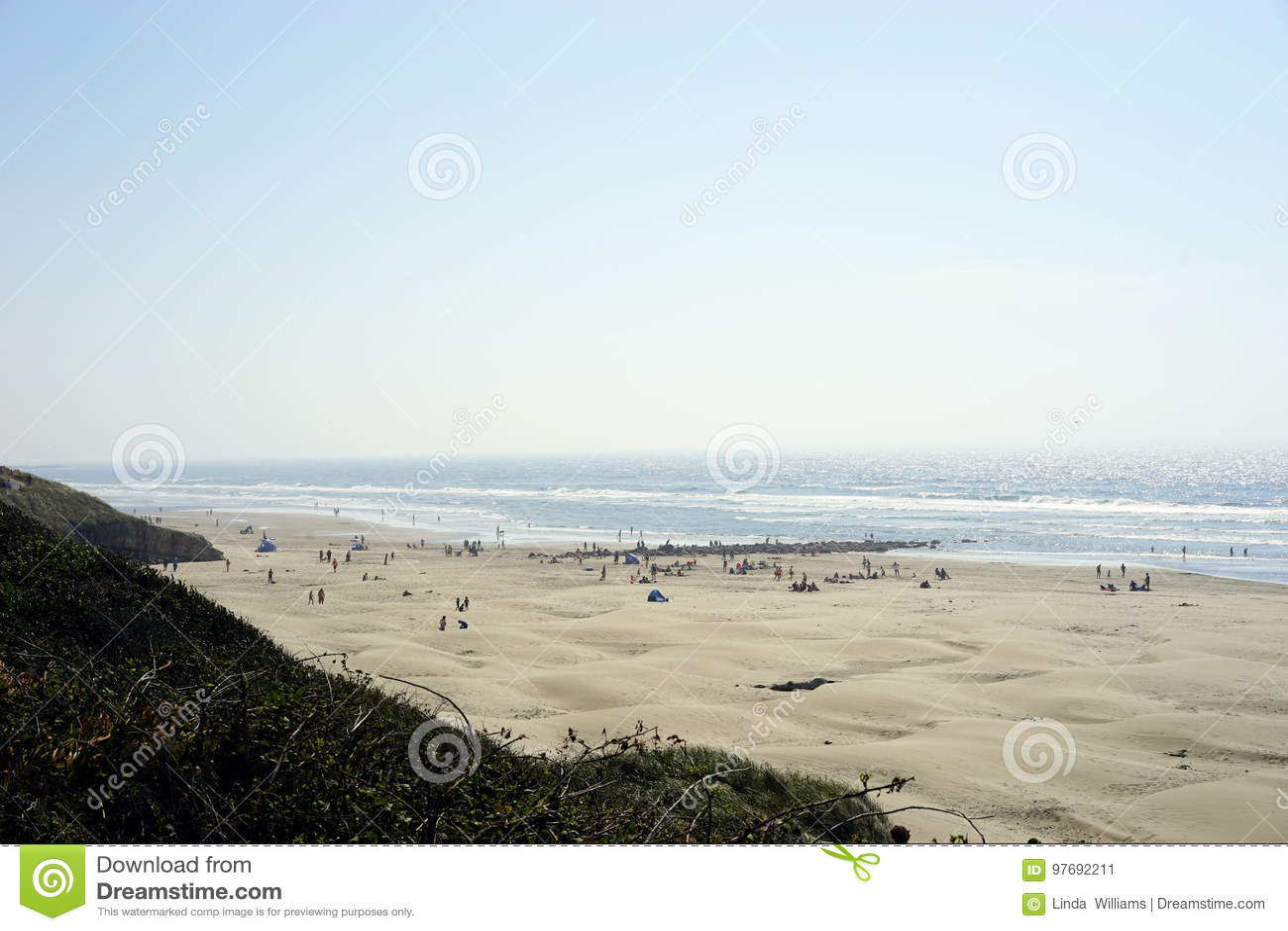 Surfer und Strandgeher zuerst, zum von Gesamtsonnenfinsternis zu sehen