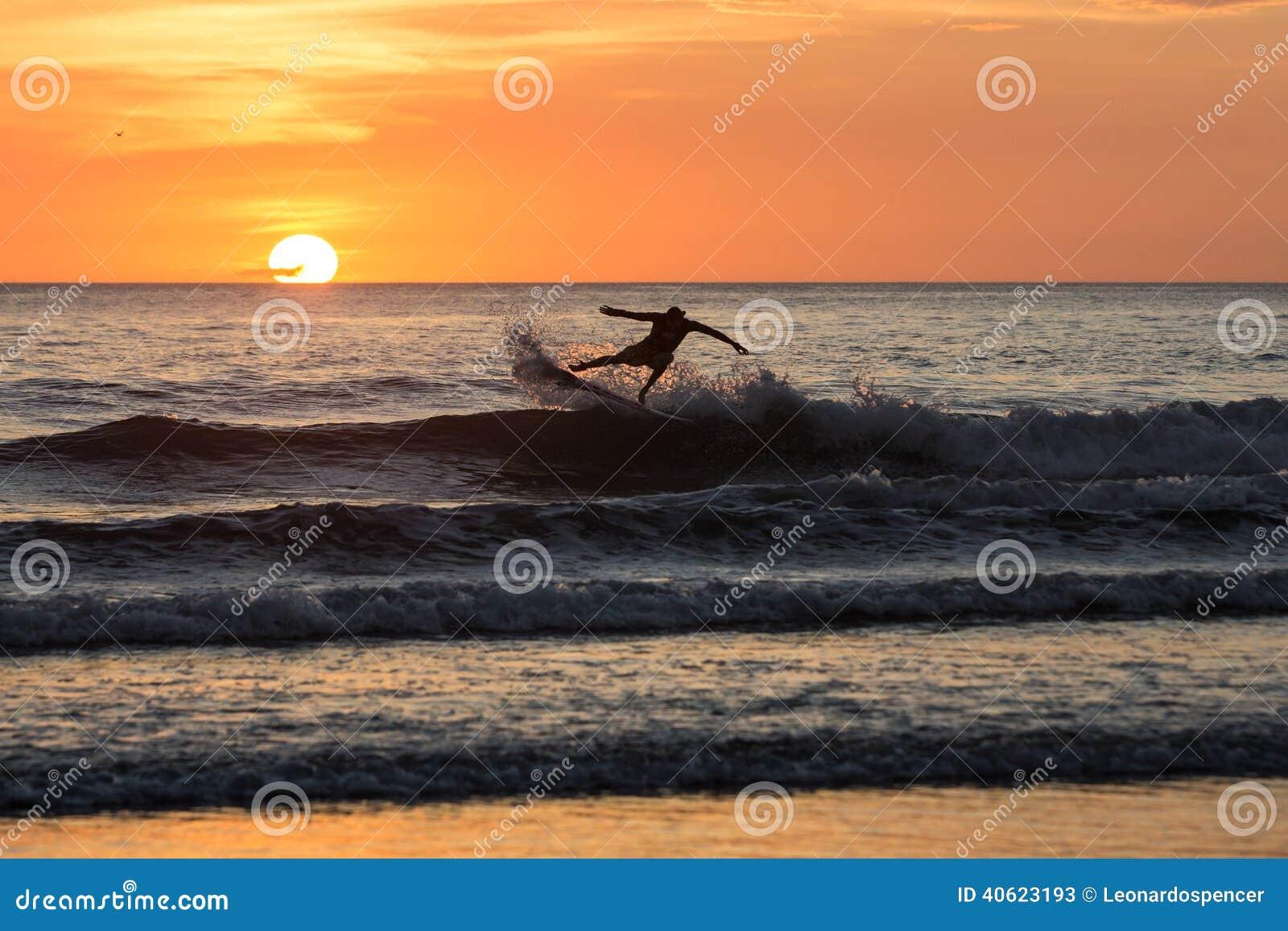 Surfers στο ηλιοβασίλεμα στο negra Playa, Κόστα Ρίκα