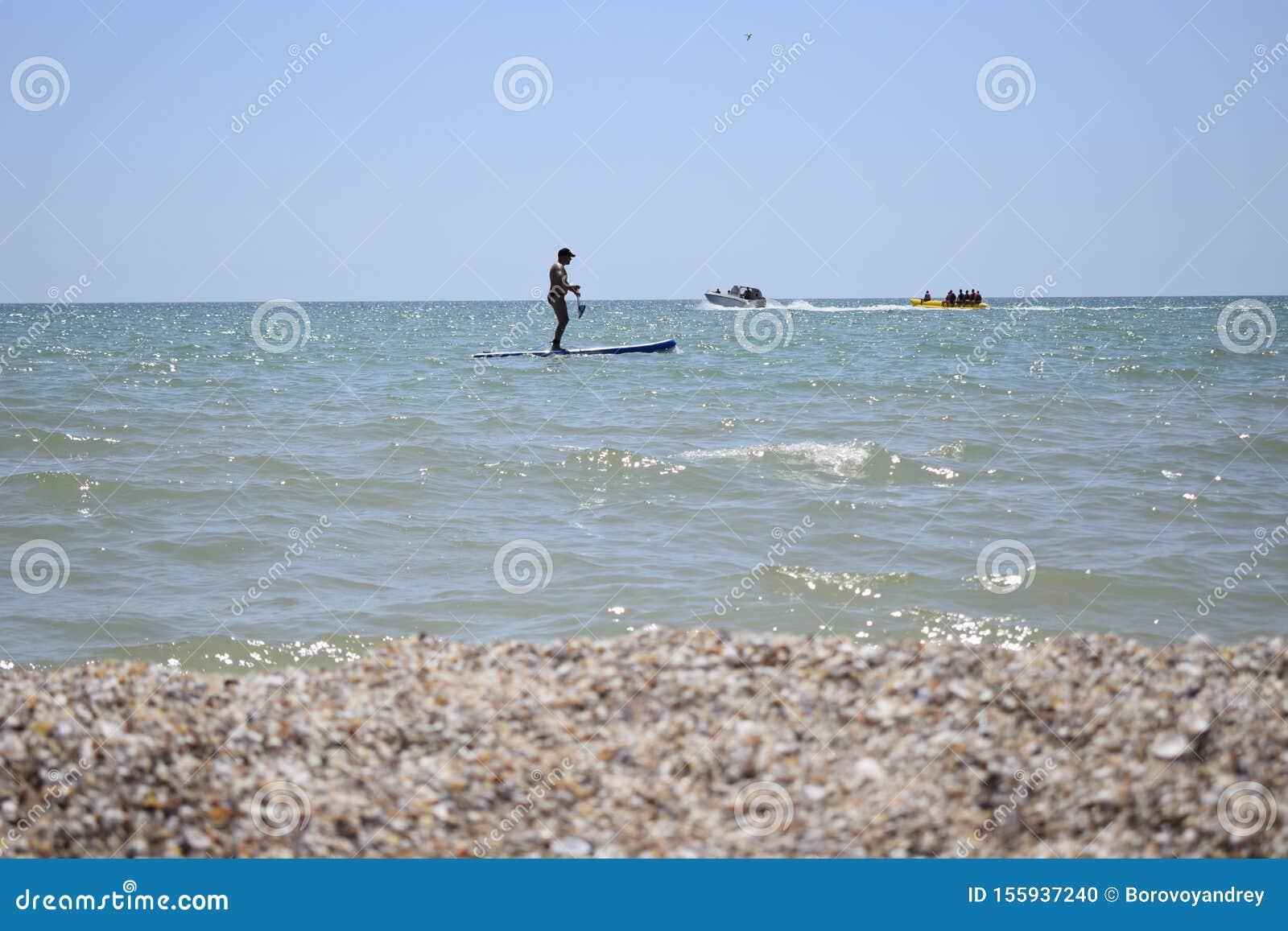 Surfeur Avec Pagaie Attrapant La Vague Le Bateau A Pedales En Plein Air Photo Stock Image Du Pagaie Vague 155937240